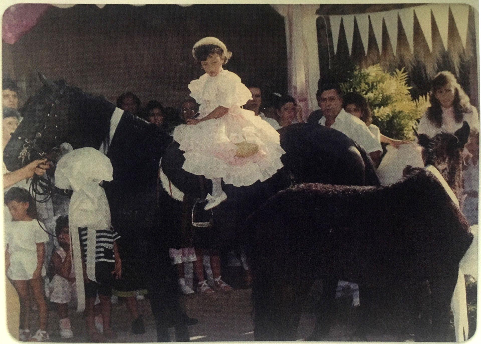 Desterrando un mito: la foto del cumpleaños número cuatro de Manuela. Siempre se dijo que Pablo Escobar le había regalado un unicornia a su hija. La madre presentó en su libro esta fotografía como prueba de que ello era una fantasía (Victoria Eugenia Henao / Editorial Planeta)