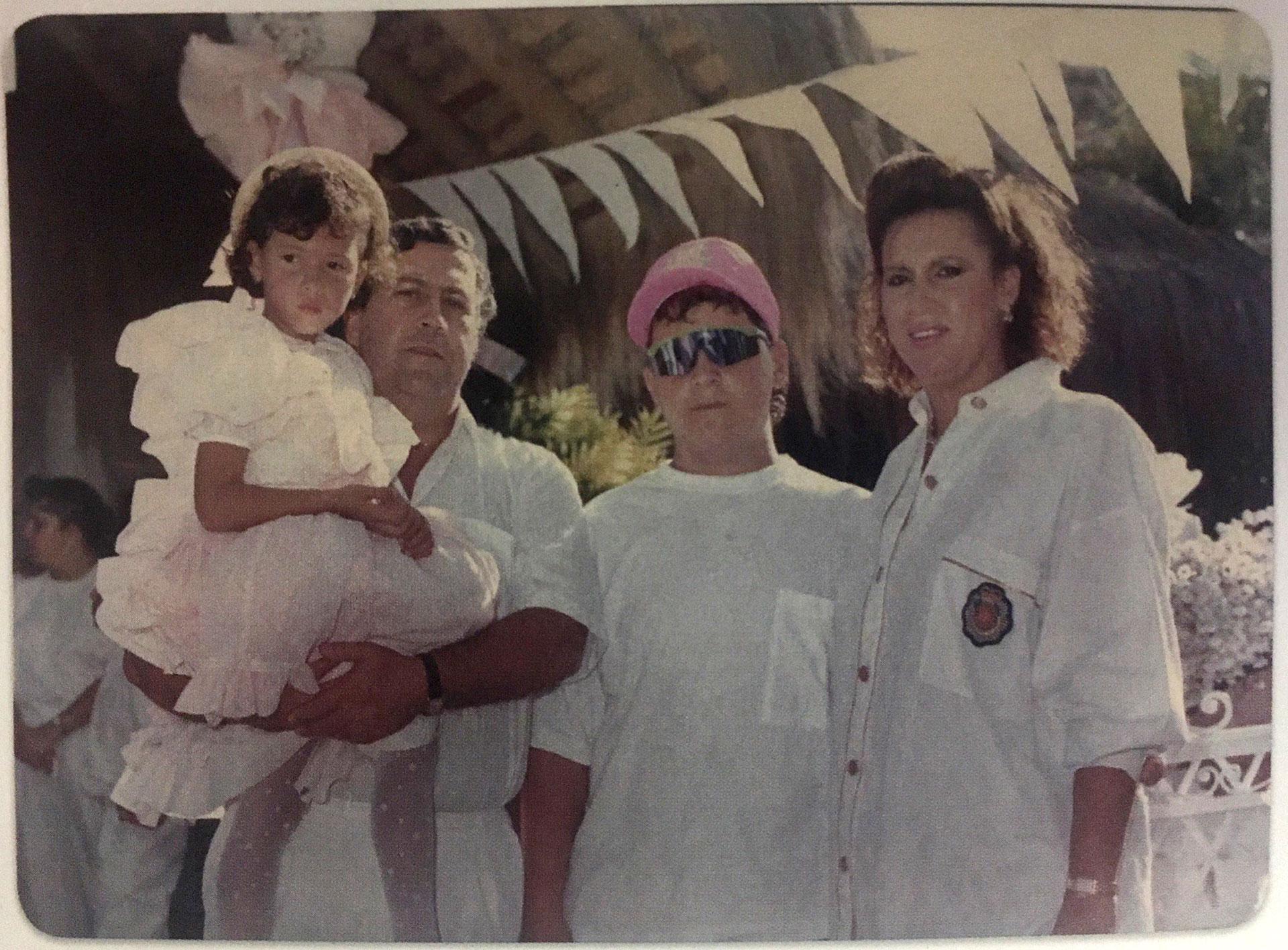 La familia a pleno: Manuela (en brazos de Pablo Escobar), Juan Pablo y Victoria, en la mítica Hacienda Nápoles (Victoria Eugenia Henao / Editorial Planeta)