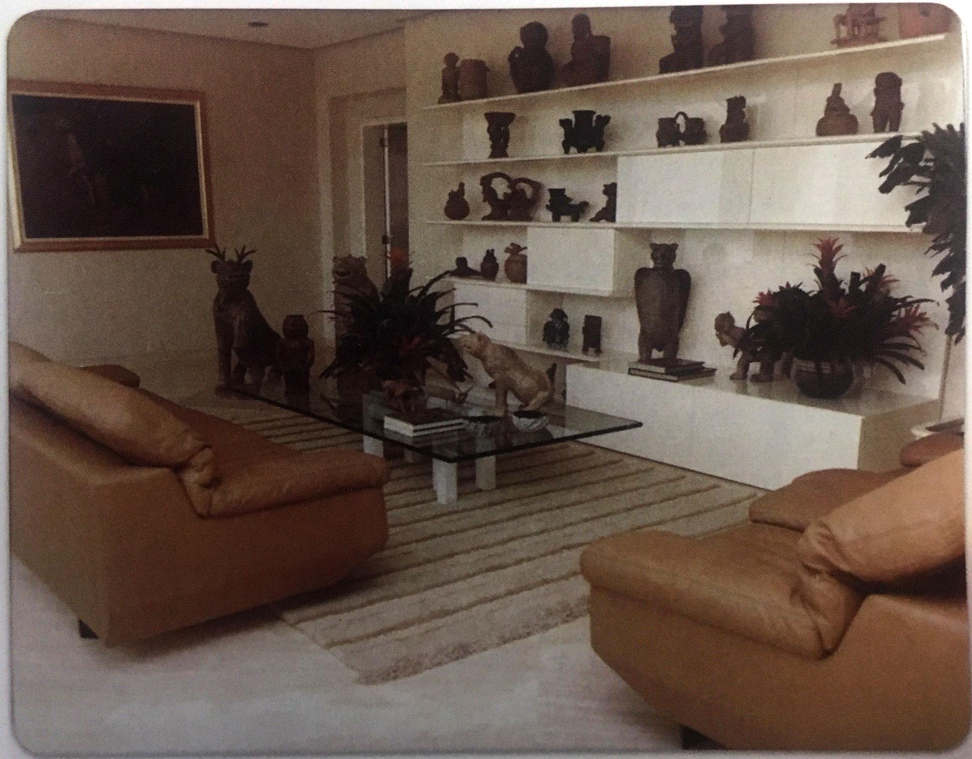 En la sala de estar del lujoso apartamento en el Edificio Mónaco, blanco de un atentado. Allí pueden verse las piezas precolombinas. El lugar fue saqueado por los enemigos de Pablo Escobar (Victoria Eugenia Henao / Editorial Planeta)