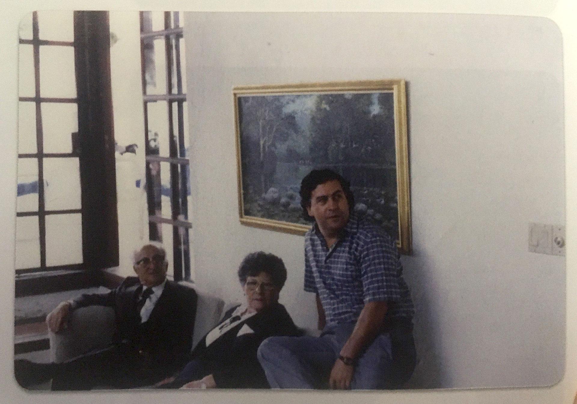1987. Pablo Escobar en la casa de refugio conocida como El Paraíso. En la fotografía están la madre del capo narco, Hermilda, y el padre de Victoria Henao, Carlos (Victoria Eugenia Henao / Editorial Planeta)