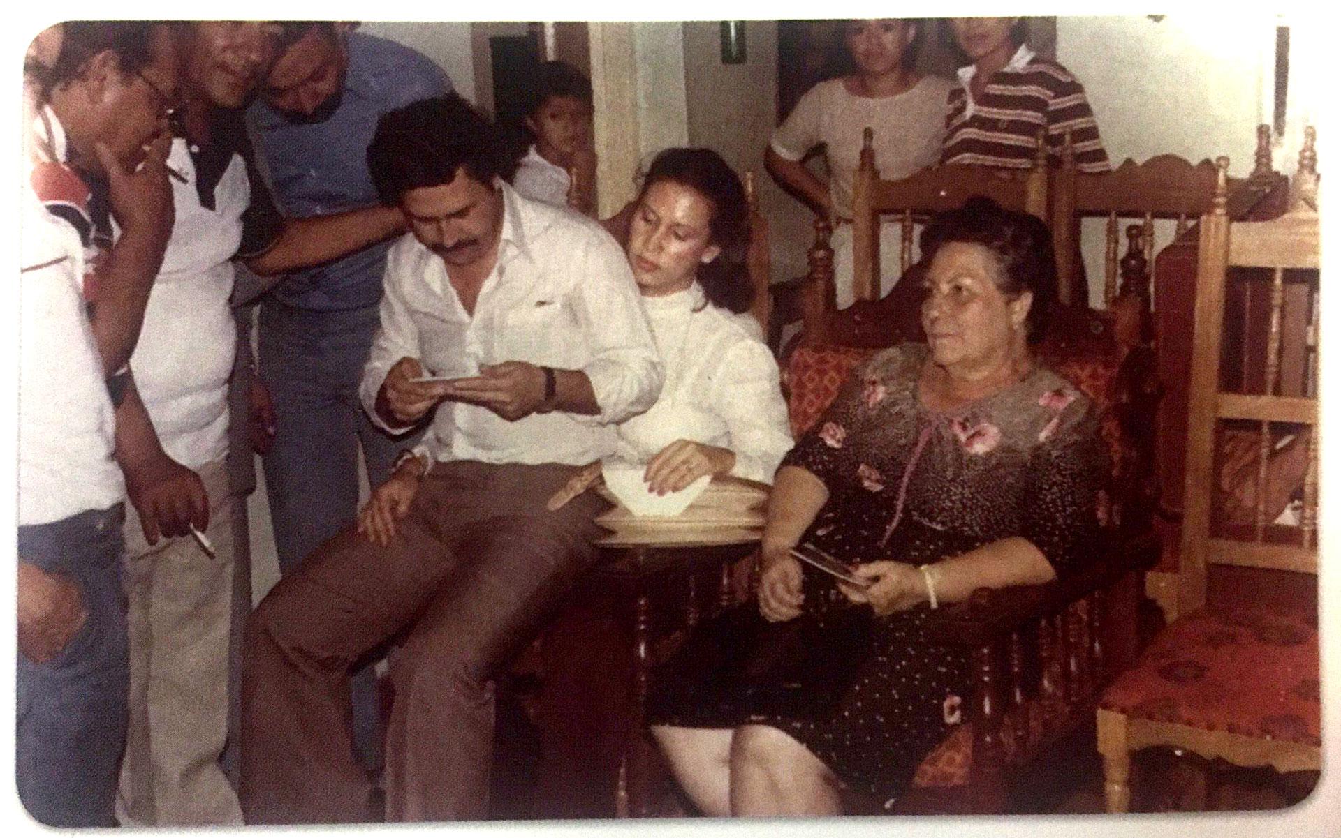 1982. Envigado. En plena campaña política (Victoria Eugenia Henao / Editorial Planeta)