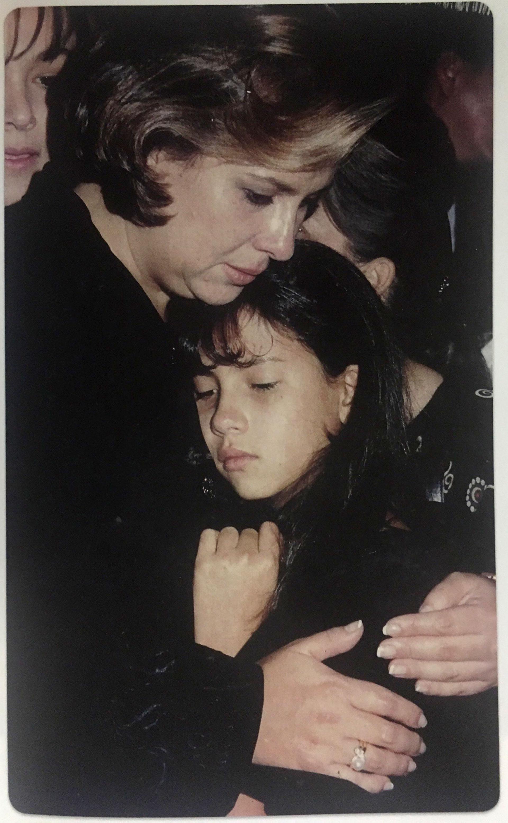Victoria Henao con su hija Manuela, en el primer aniversario de la muerte del jefe del Cartel de Medellín (Victoria Eugenia Henao / Editorial Planeta)