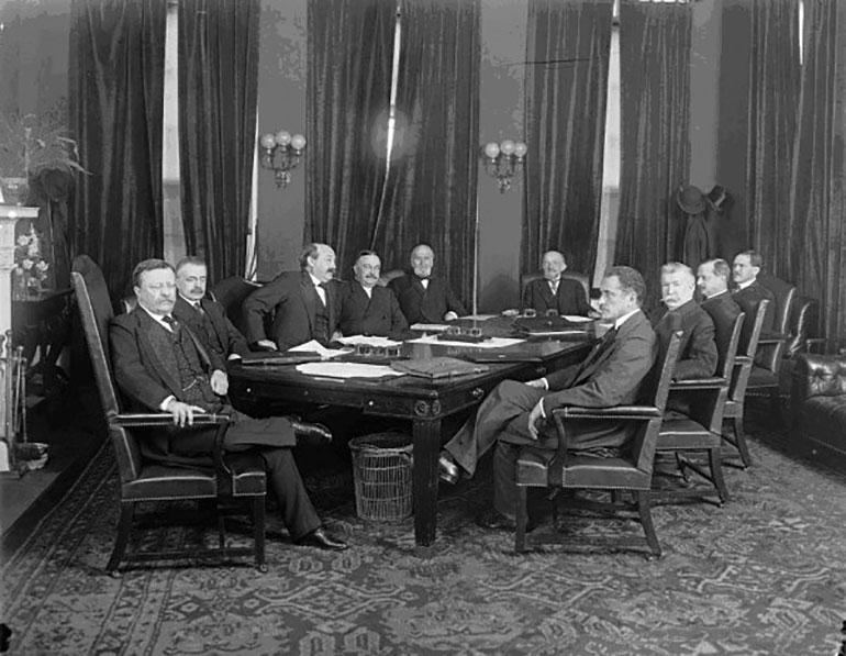 El gabinete de Roosevelt en plena tarea. El Presidente es el primero a la izquierda. Charles joseph Bonaparte, el tercero desde la izquierda.