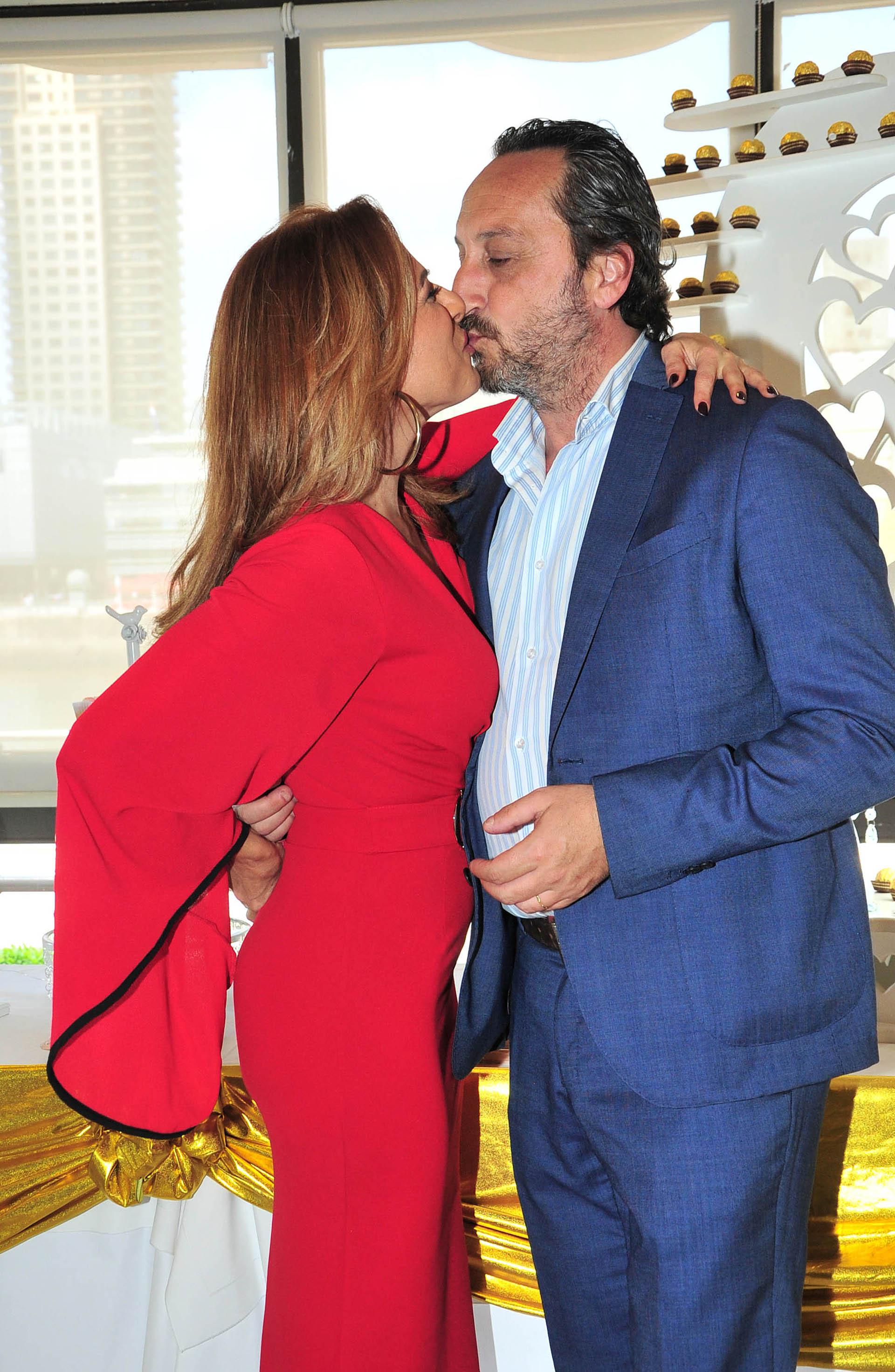 El beso de Iliana Calabró y su pareja
