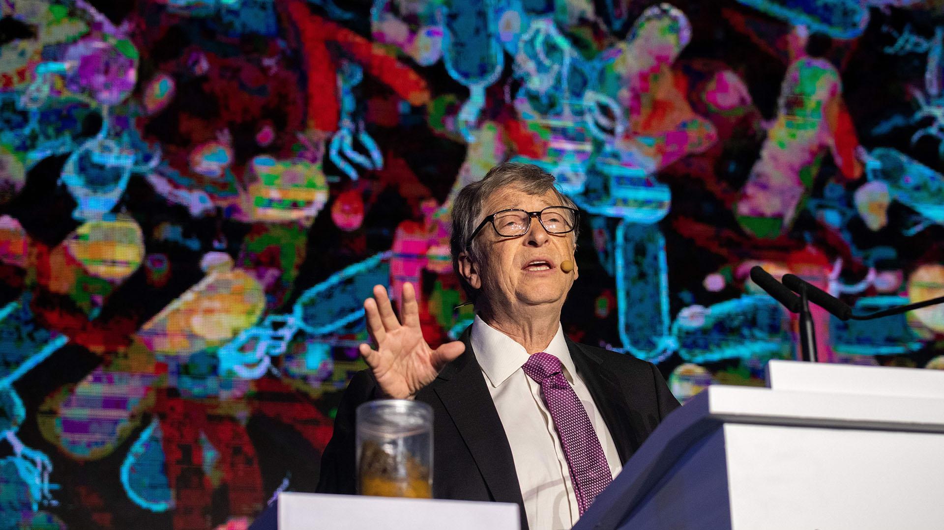 Bill Gates hablando durante la exposición sobre la reinvención del inodoro que se hizo en Beijing, en noviembre de 2018(Photo by Nicolas ASFOURI / AFP)