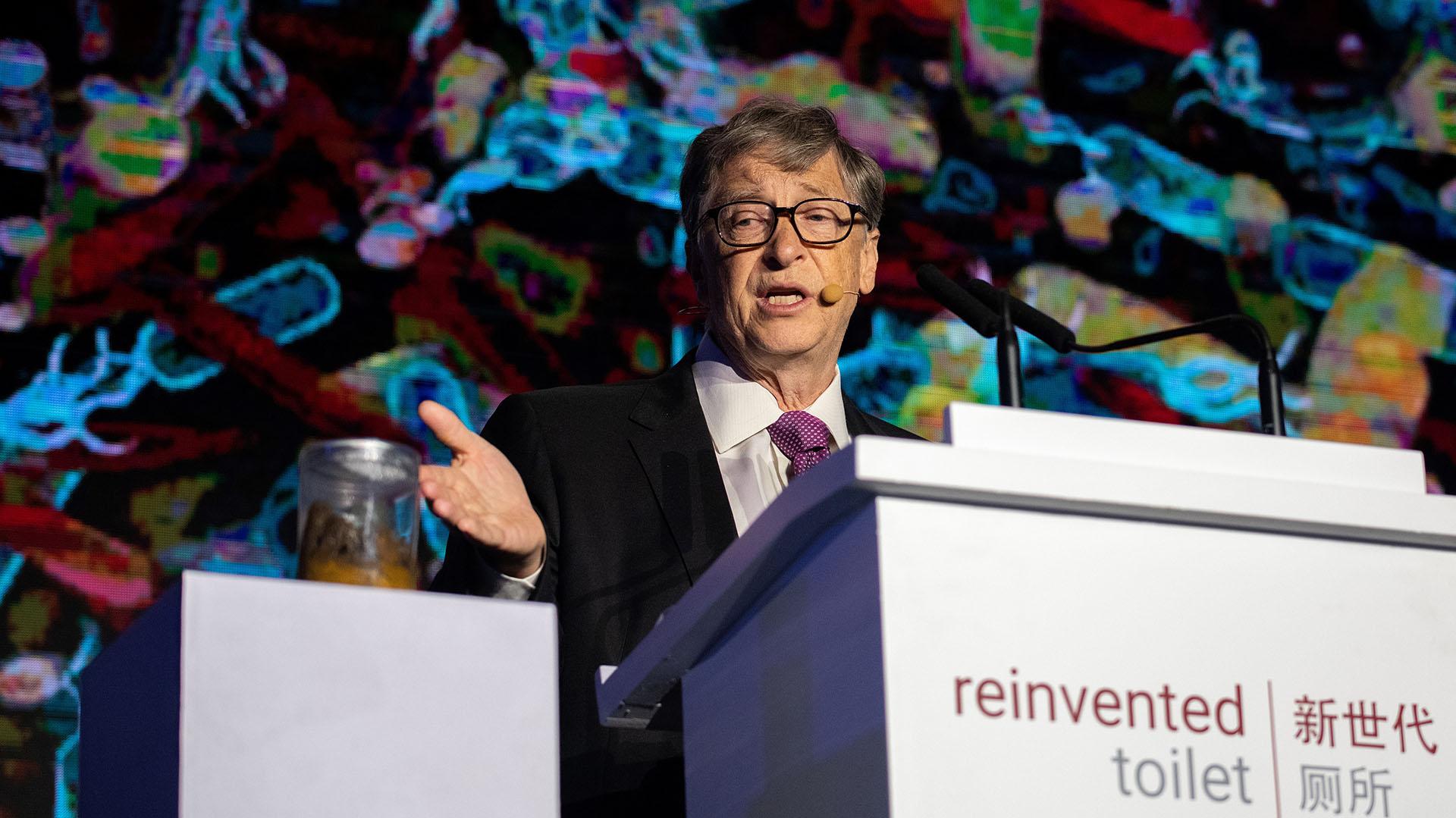"""Bill Gatesdio su conferencia en la feria """"Inodoro Reiventado"""", en Beijing, junto a un frascocon heces humanas.(Nicolas ASFOURI / AFP)"""