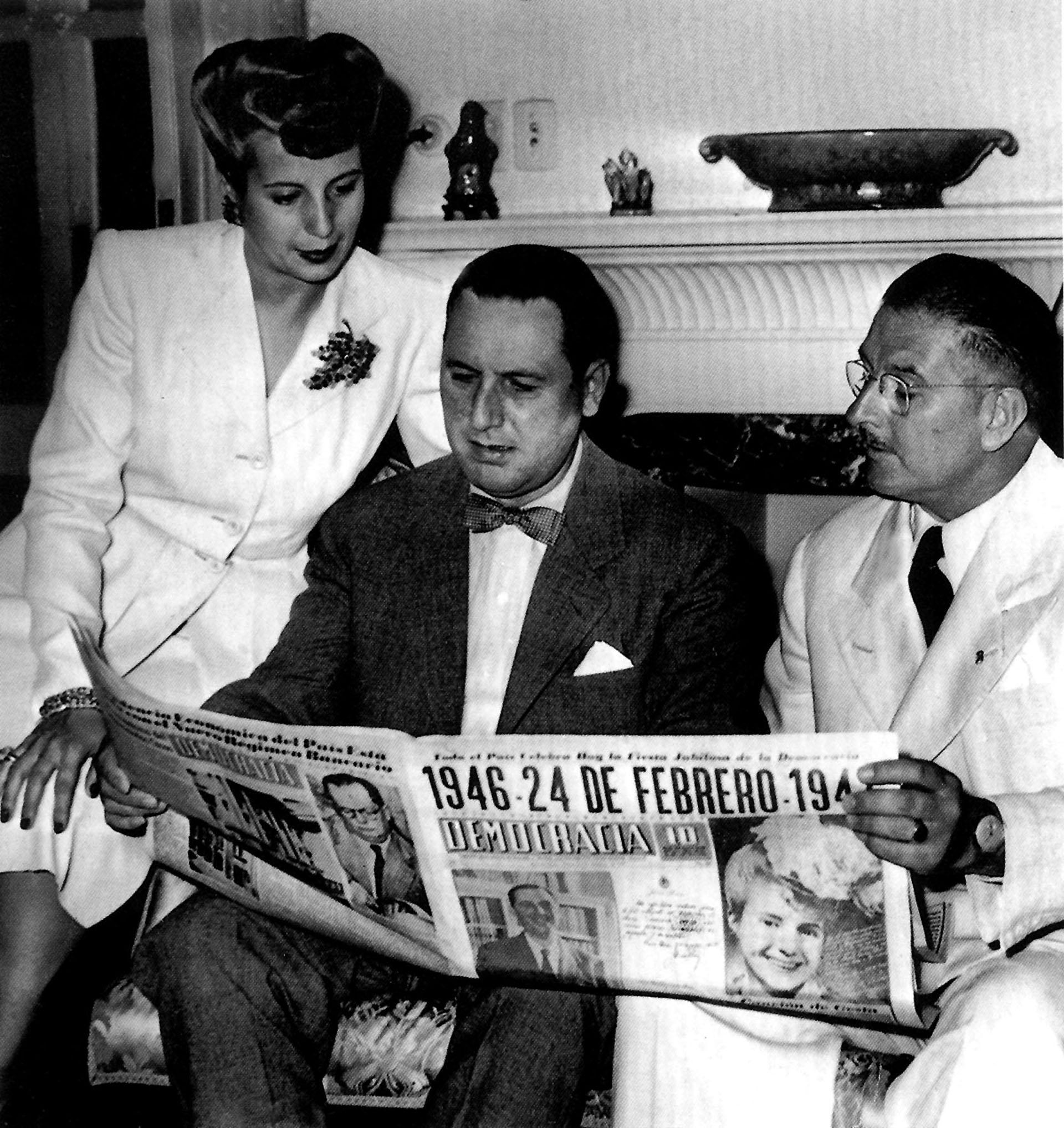 Evita, Perón y Mercante leen el diario (Archivo Histórico de la Provincia de Buenos Aires)