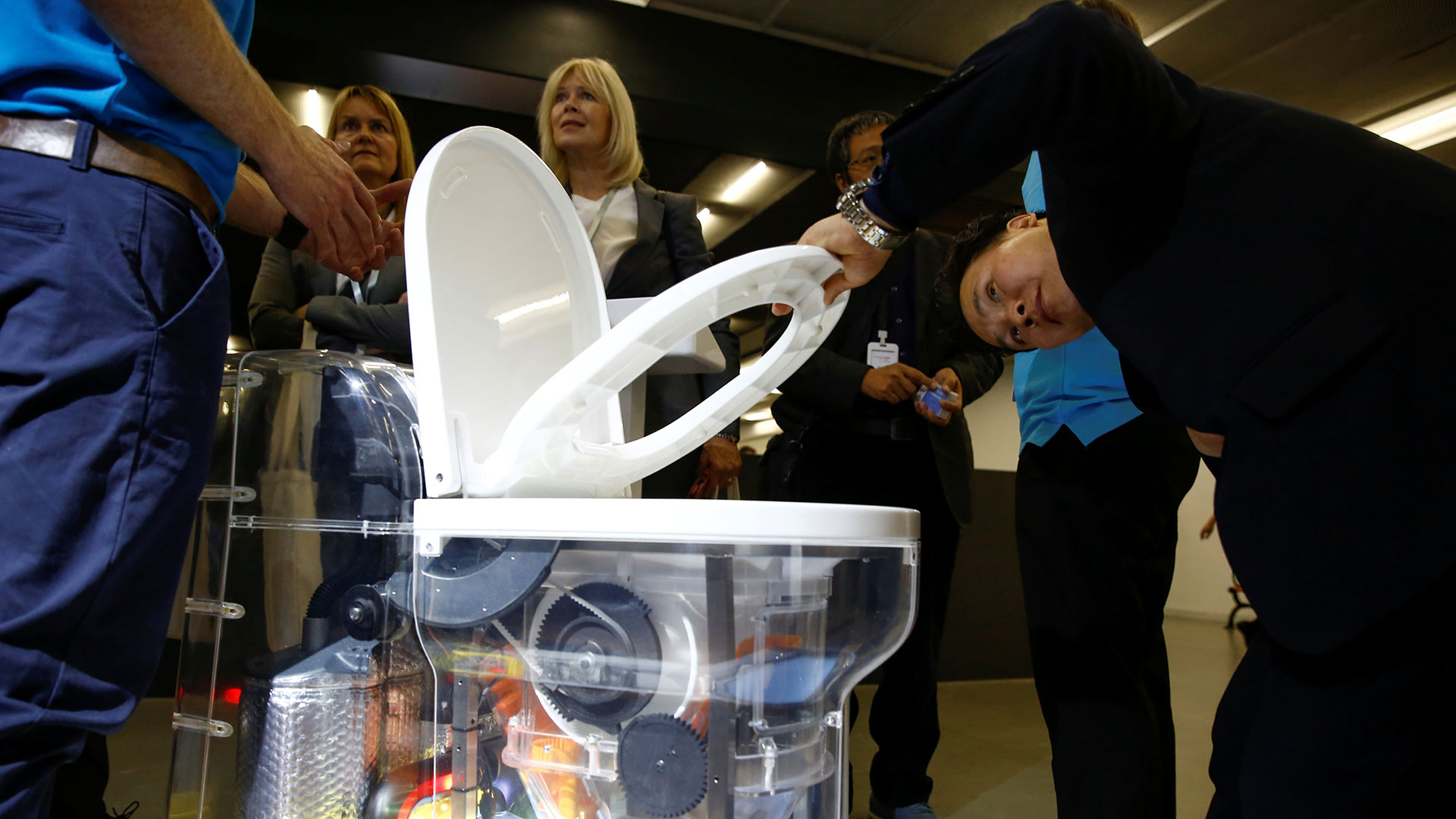 """Bill Gates lanzó, en 2011, el """"Desafío para reinventar el inodoro"""". Desde ese entonces, se han presentado varios prototipos para tratar el agua y los desechos dentro del mismo inodoro (Reuters)"""