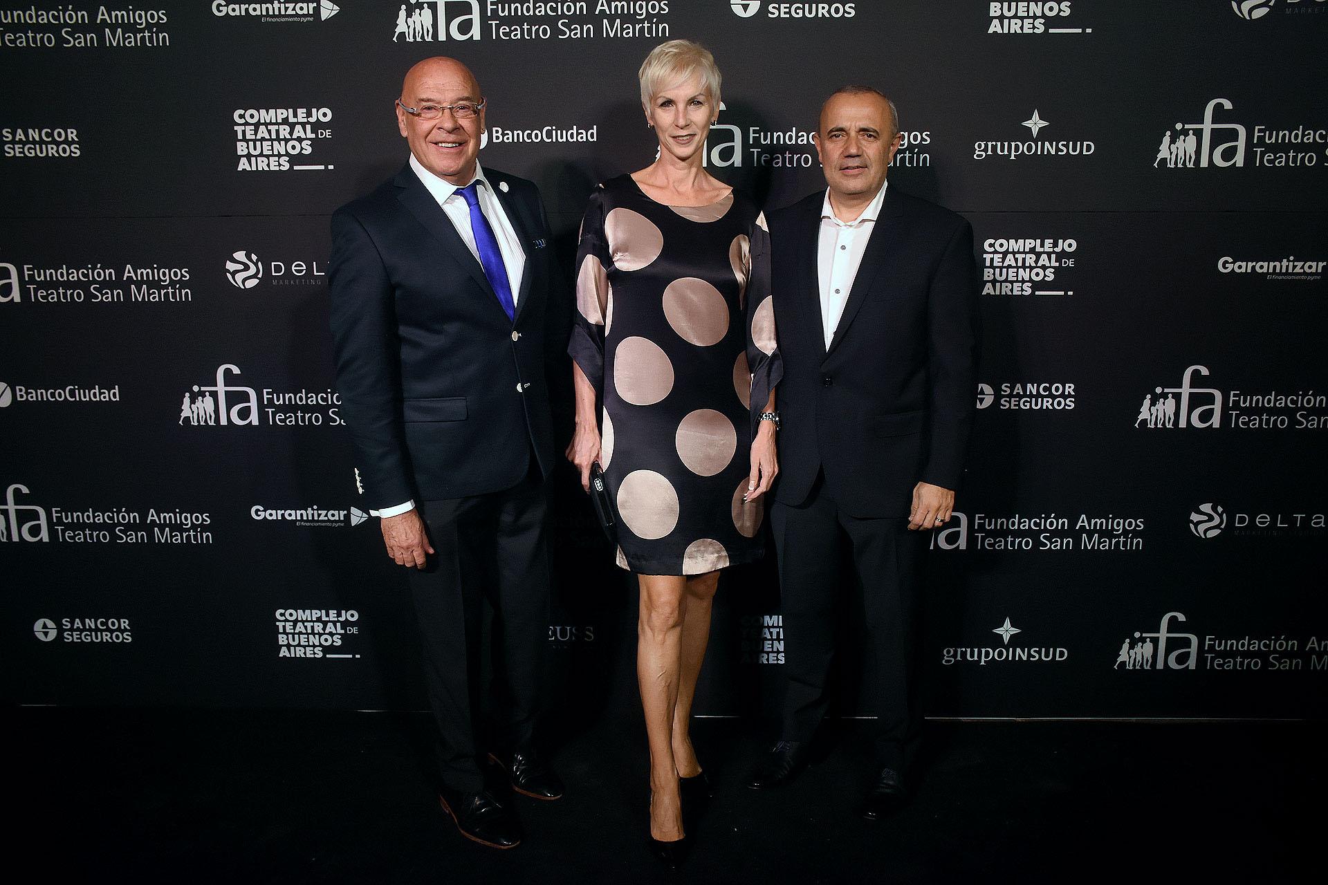 Juan Carlos Álvarez, gerente de la Fundación del Banco Ciudad, junto a Alejandro Ameijenda, presidente del Ente Único Regulador de Servicios Públicos (ENRE), y su mujer Mirta