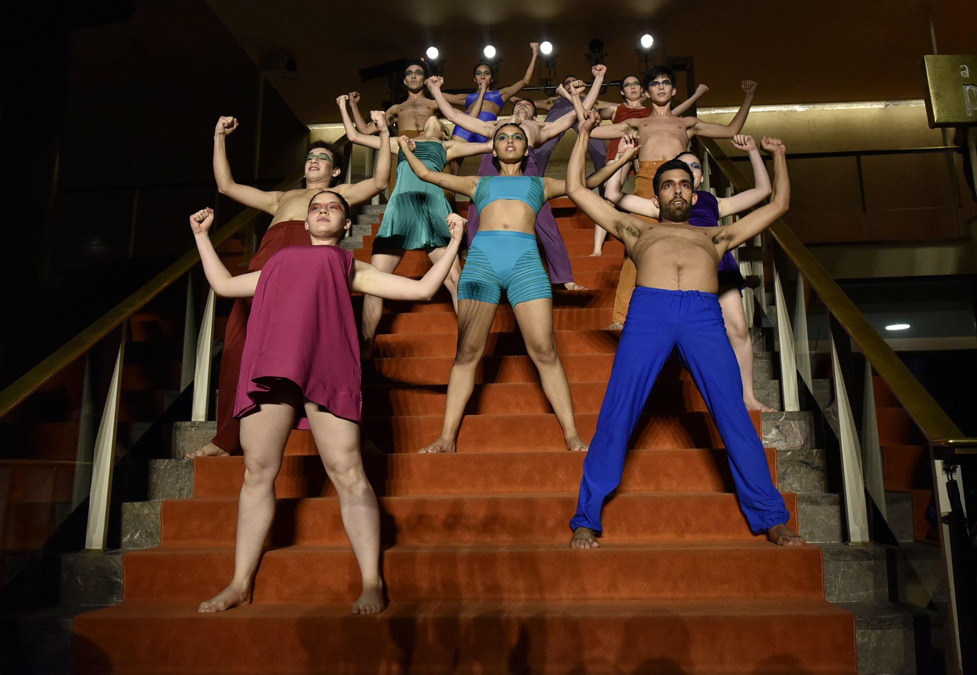 La gala se inició con una bienvenida en el Hall Central Alfredo Alcón, con música de Hernán Jacinto y su banda, y una serie de intervenciones a cargo de los bailarines del Taller de Danza Contemporánea del Complejo Teatral de Buenos Aires, con coordinación coreográfica de Alejandro Cervera