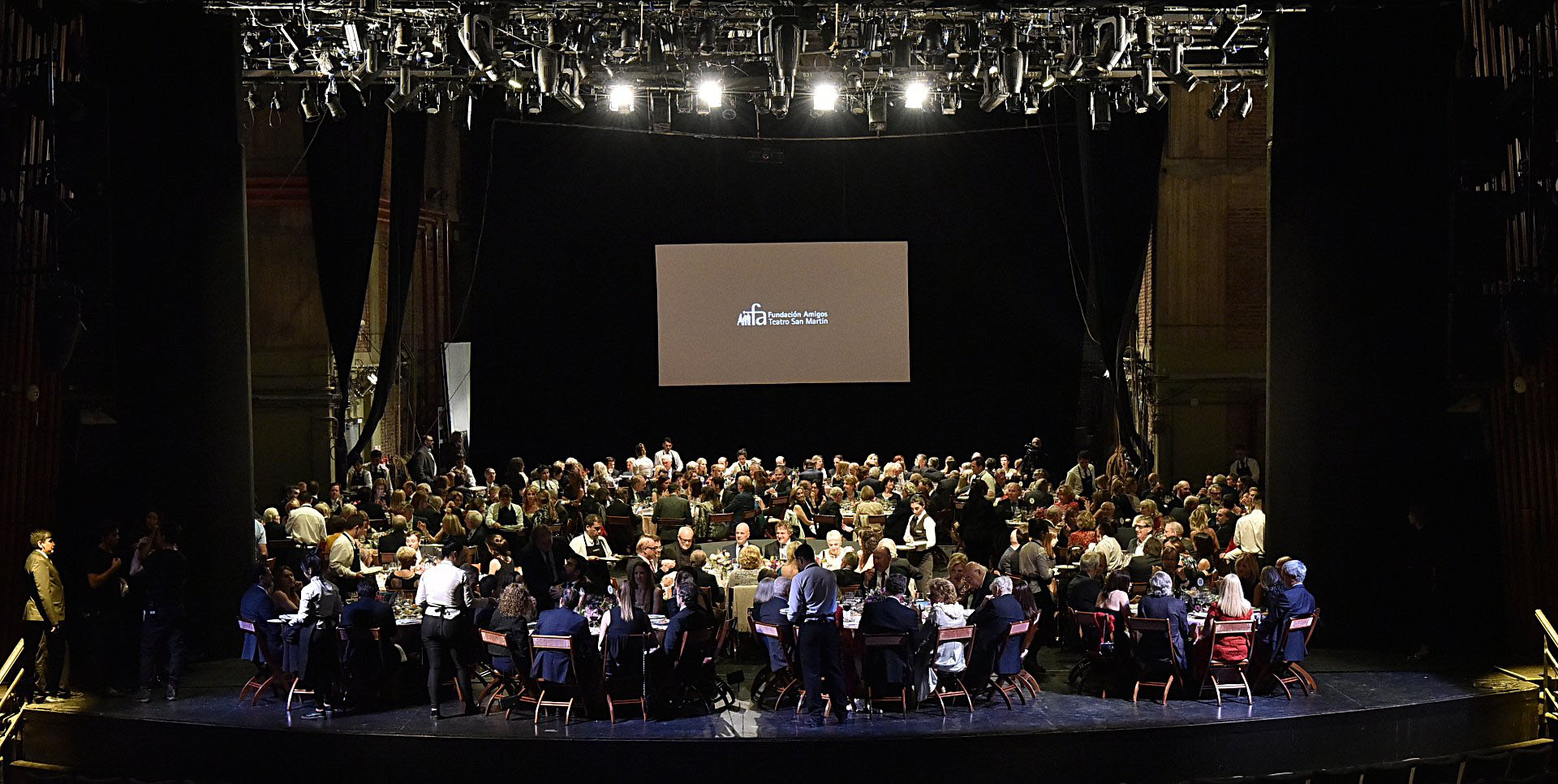 Durante la gala, la Fundación de Amigos del Teatro San Martín construye un puente, para dar a conocer en profundidad su misión e impulsar la recaudación de fondos en vistas a los objetivos del próximo año
