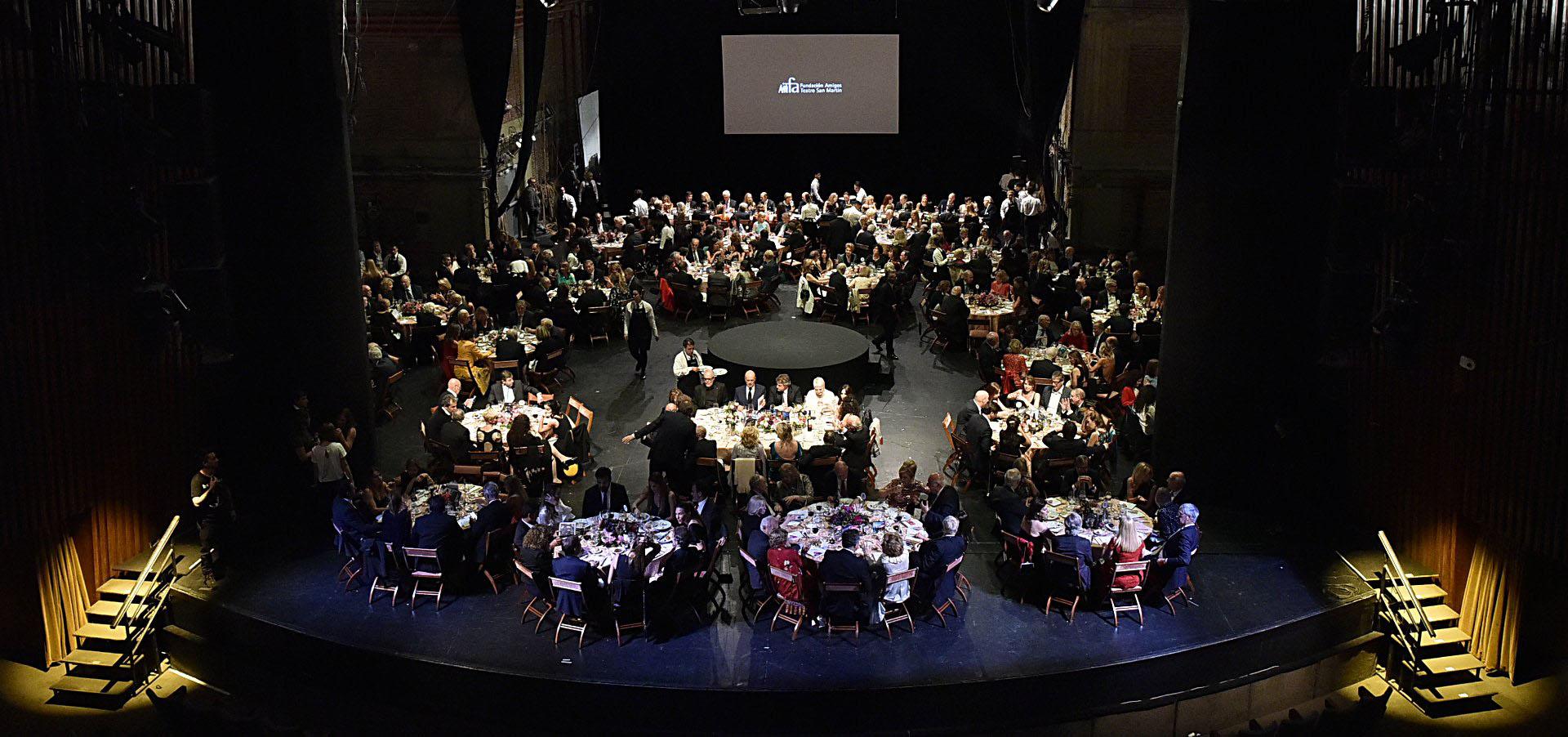 La cena se realizó sobre el escenario de la Sala Martín Coronado