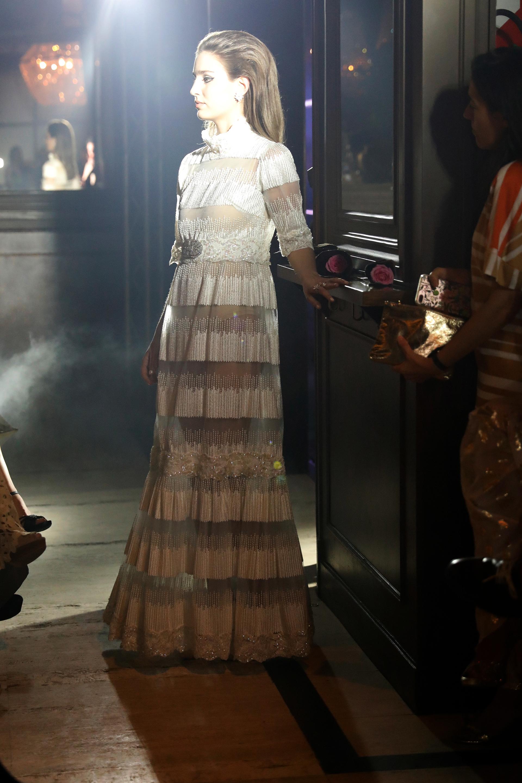 Agustina Otegui con otra de las creaciones de Brown; la colección está inspirada en la época de oro de los años 80