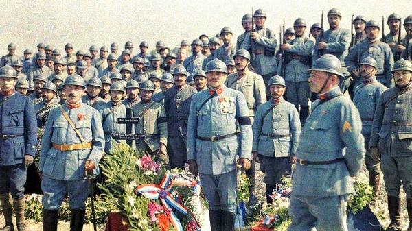 Soldados franceses durante un funeral