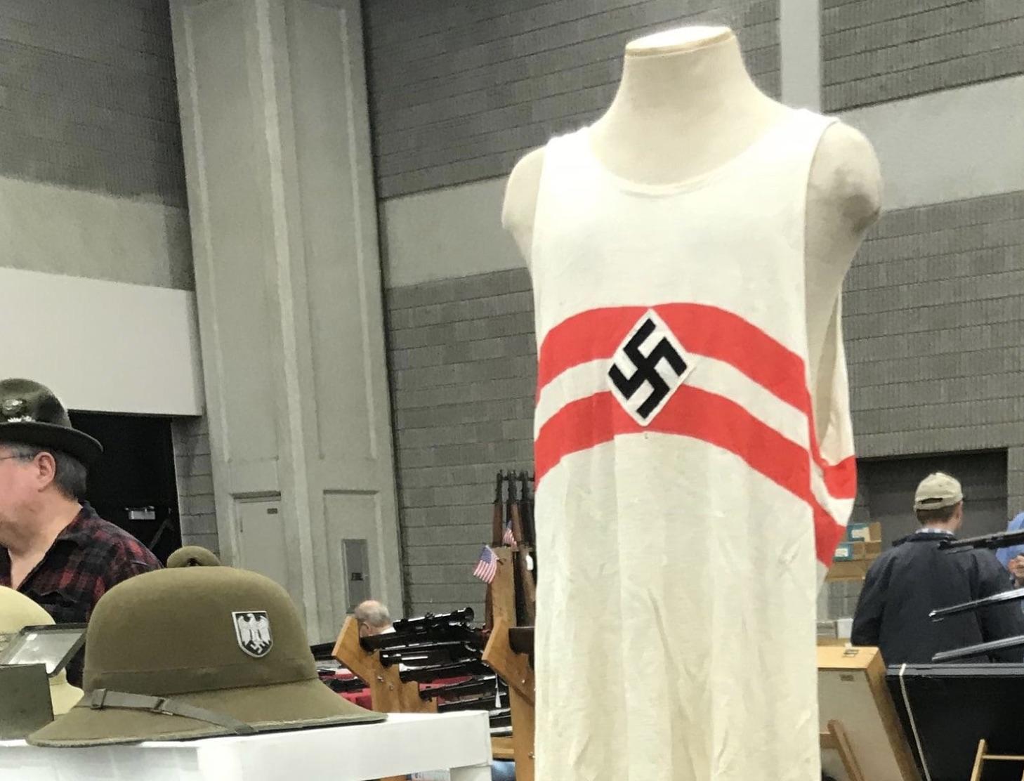Artículos de ideología nazi y del Ku Klux Klan fueron vendidos en la feria de armas del Centro de Exposiciones de Kentucky (Joe Gerth/Louisville Courier-Journal)