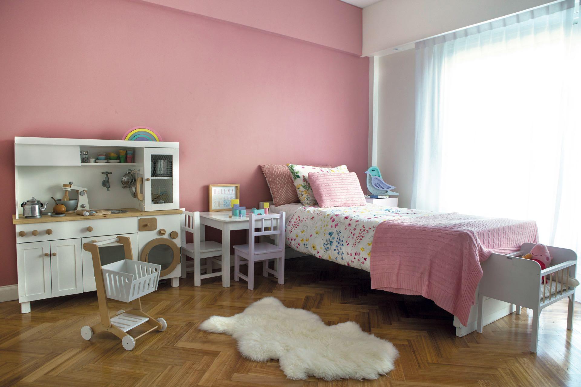 Cuarto de los chicos en tono rosa y mobiliario blanco