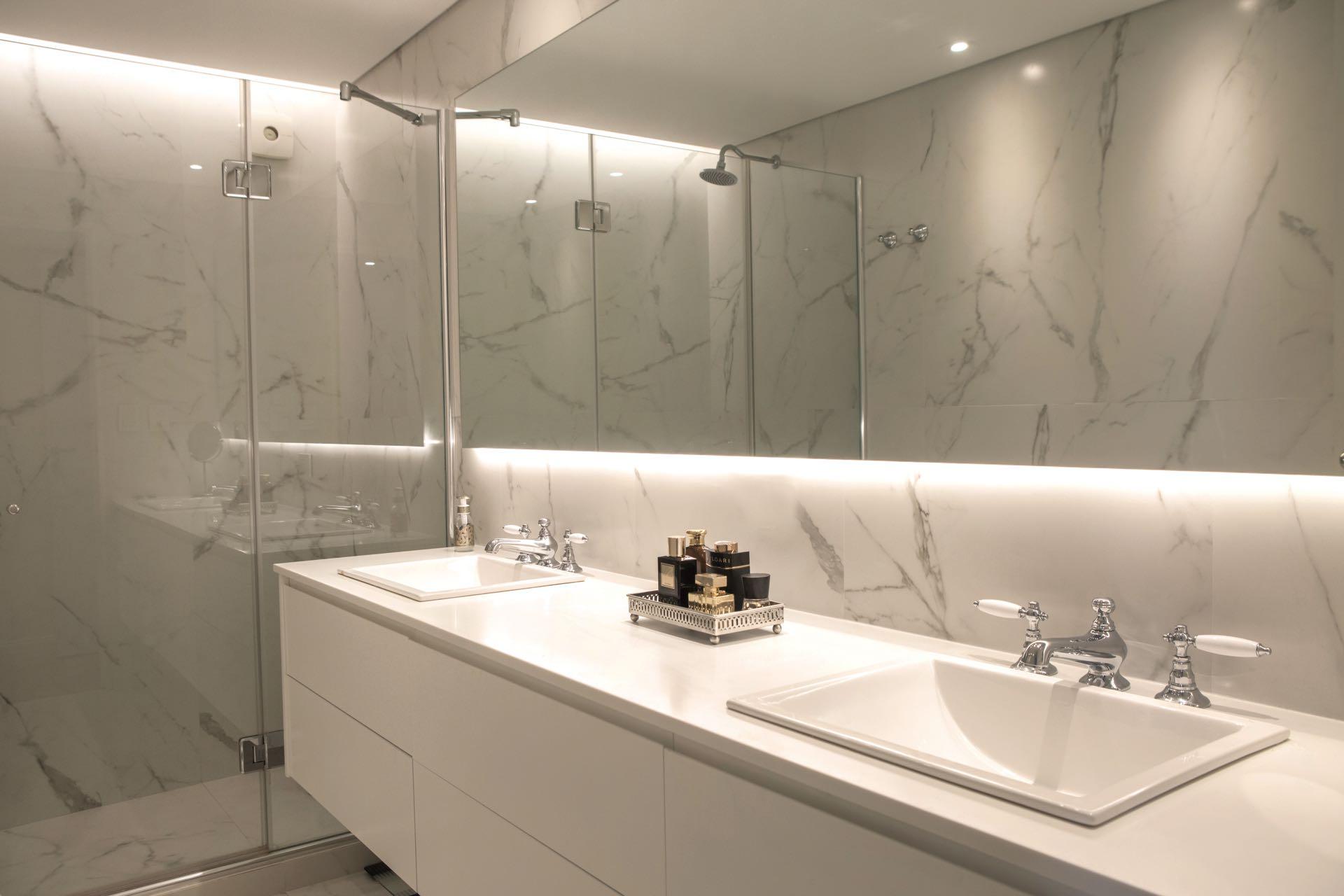 Dónde lo consigo.Aunque desorientaincluso al más atento, el baño no es de mármol sino de porcellanato. Hay varias marcas que loproducen, Ilva es una de las nacionales.