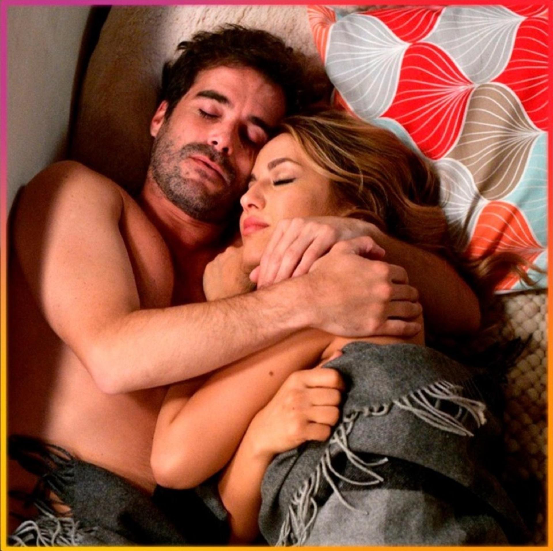 """Flor Vigna publicó en Instagram una foto en la cama con Nico Cabré, que pertenecía a una escena de """"Mi hermano es un clon"""". Laurita Fernández se enojó por el posteo de esta imagen romántica"""