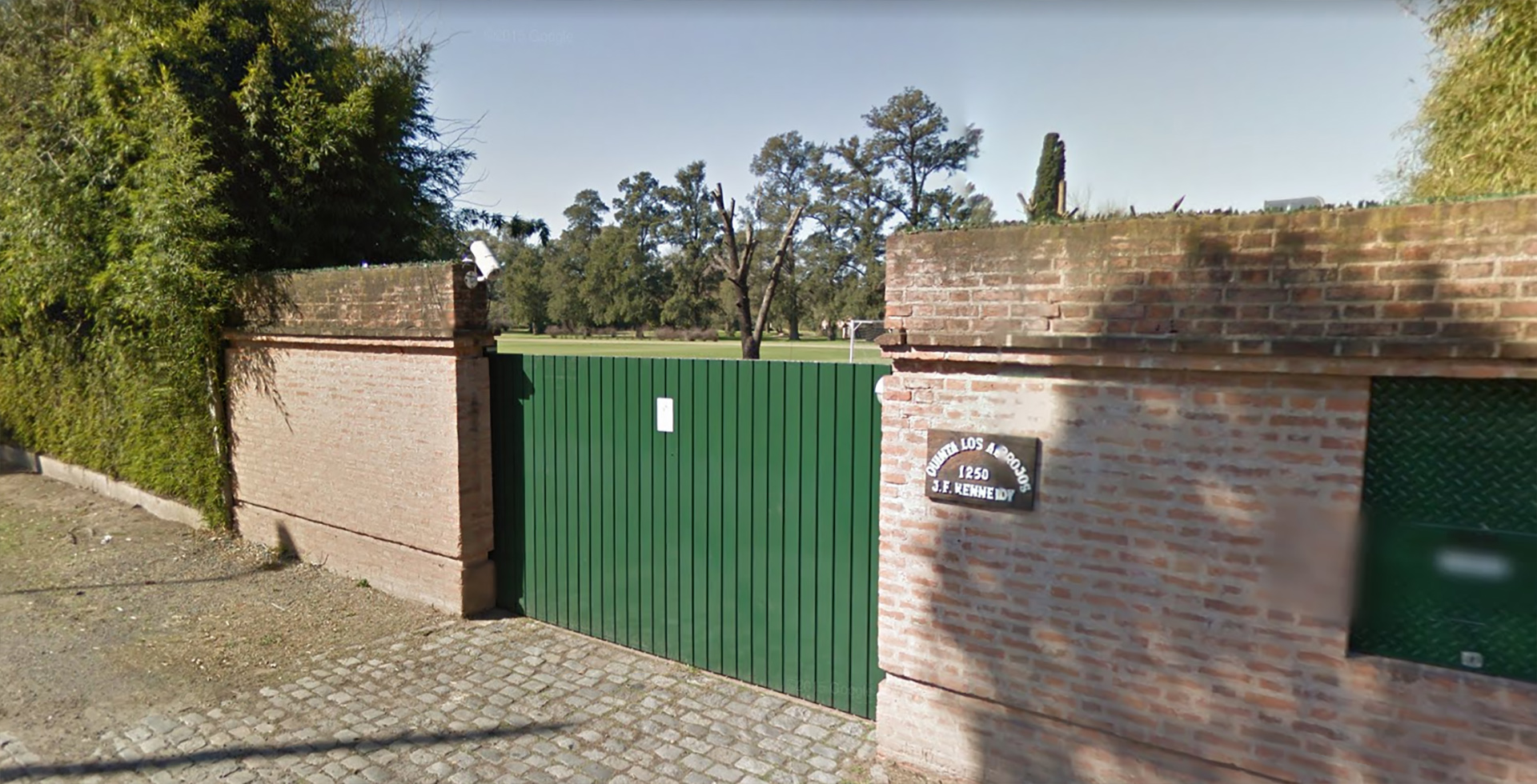 Portón de acceso a la quinta Los Abrojos
