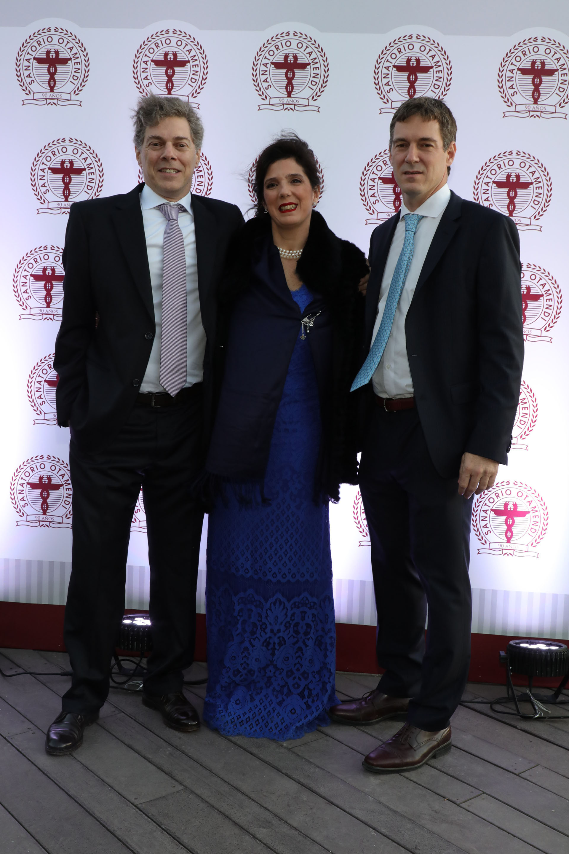 El Dr. José De All, director ejecutivo del Sanatorio Otamendi; la Dra. Guadalupe De All, vicepresidente; y el Dr. Jorge De All, presidente, durante la celebración por los 90 años del Sanatorio Otamendi