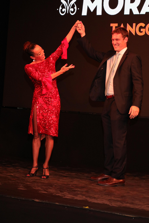 El Dr Jorge De All y Mora Godoy fueron aplaudidos tras finalizar el baile
