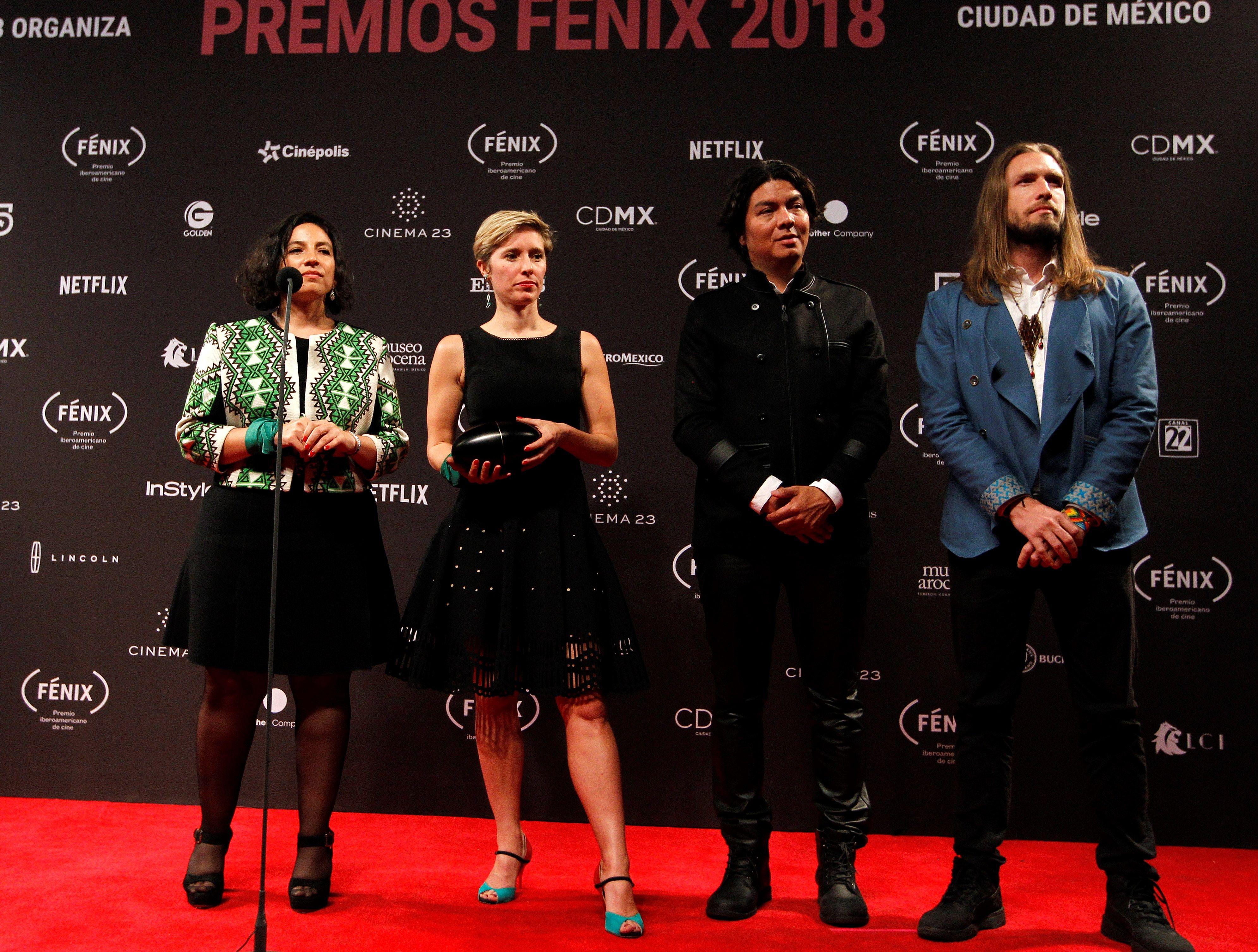 """Cristina Gallego, Katrin Pors, Carlos García y Sebastían Celis, de la película """"Pájaros de Verano"""", posan con el premio Fénix. (EFE/Mario Guzmán)"""