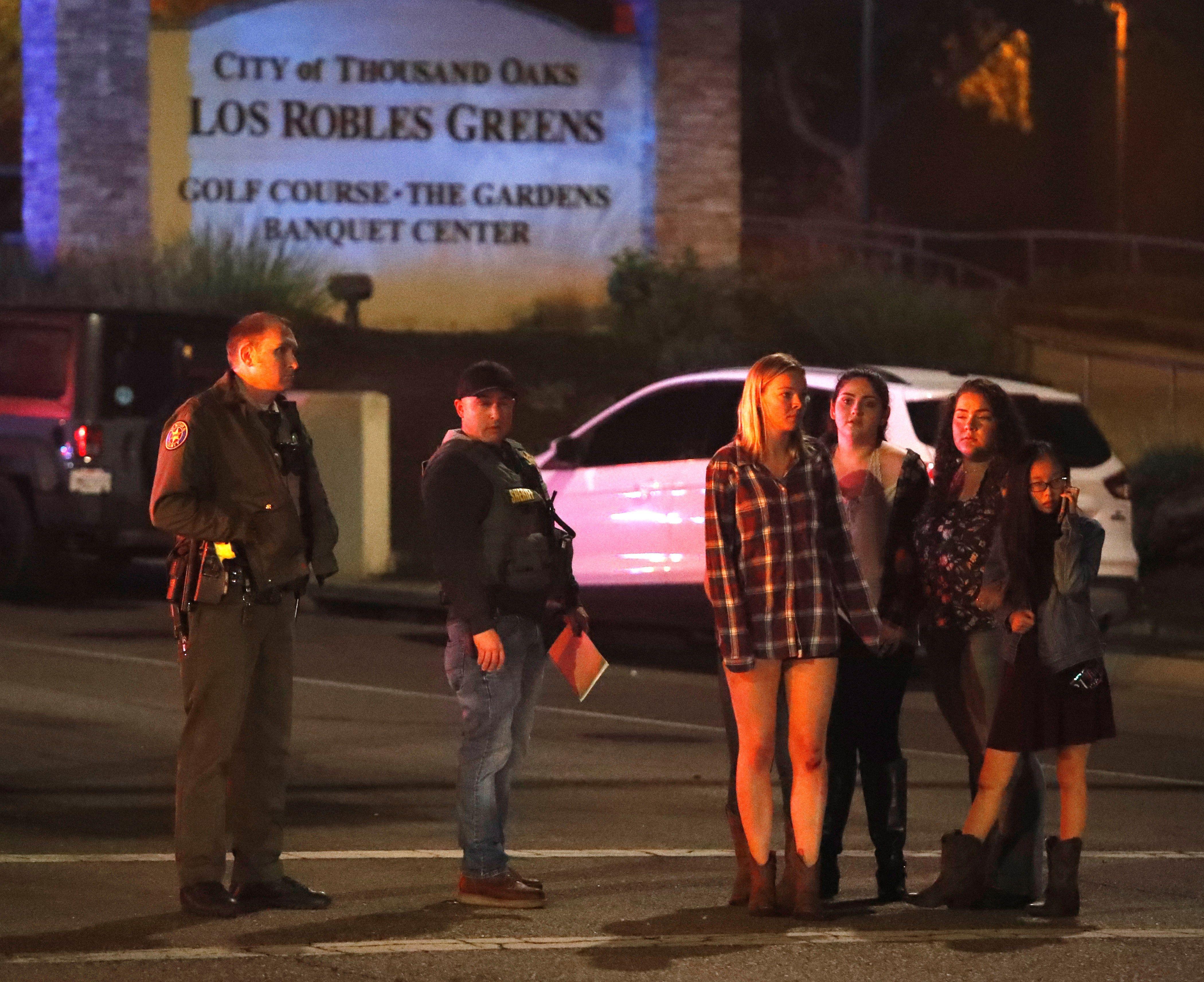 Un grupo de mujeres se alejan del lugar del tiroteo. Los miércoles el lugar suele convocar a cientos de jóvenes en un evento de música country