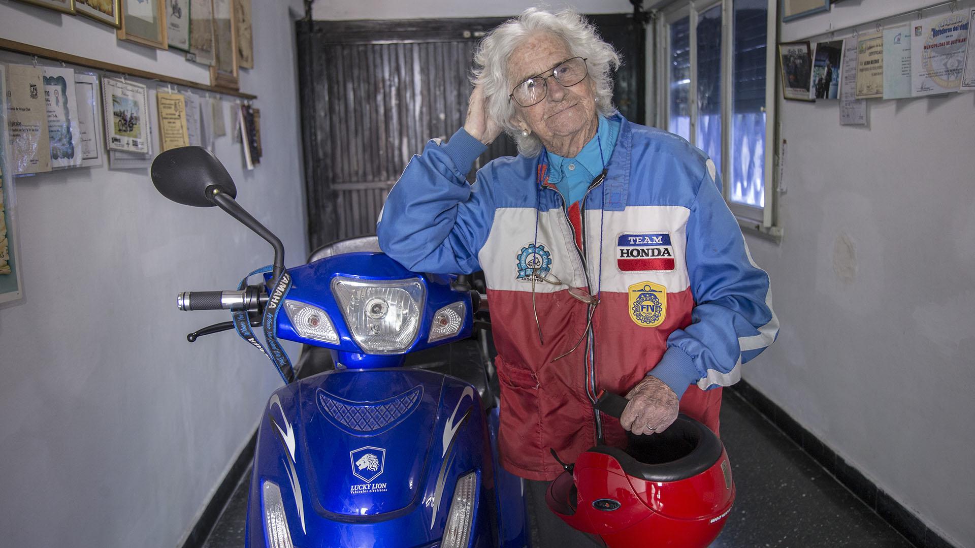 """Tiene 90 años, fue pionera en obtener el registro profesional y es musa de  La Renga: la vida de Nelly, la """"motoabuela"""" - Infobae"""