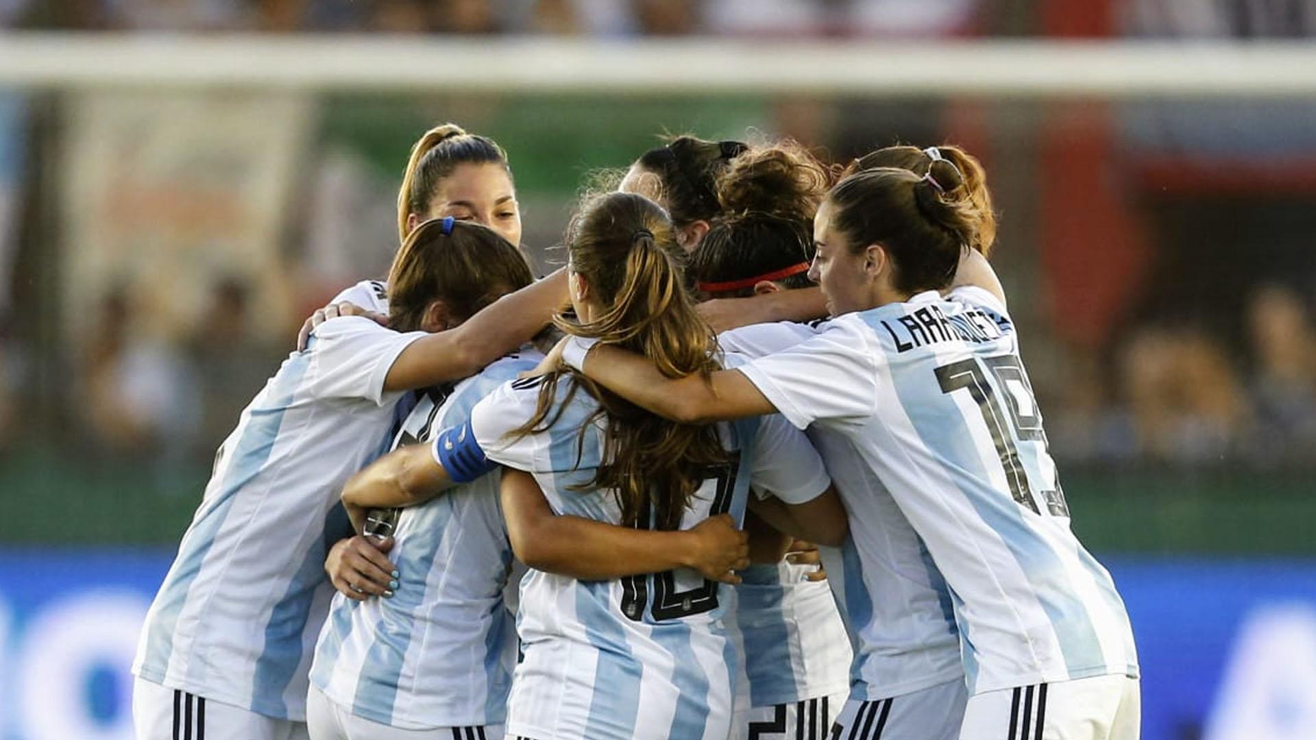 Vale recordar que la selección femenina de fútbol fue una de las más perjudicadas de la profunda crisis que sufrió la Asociación del Fútbol Argentino, ya que entre julio de 2015 y agosto de 2017 no tuvo competencia ni cuerpo técnico (Nicolás Aboaf)