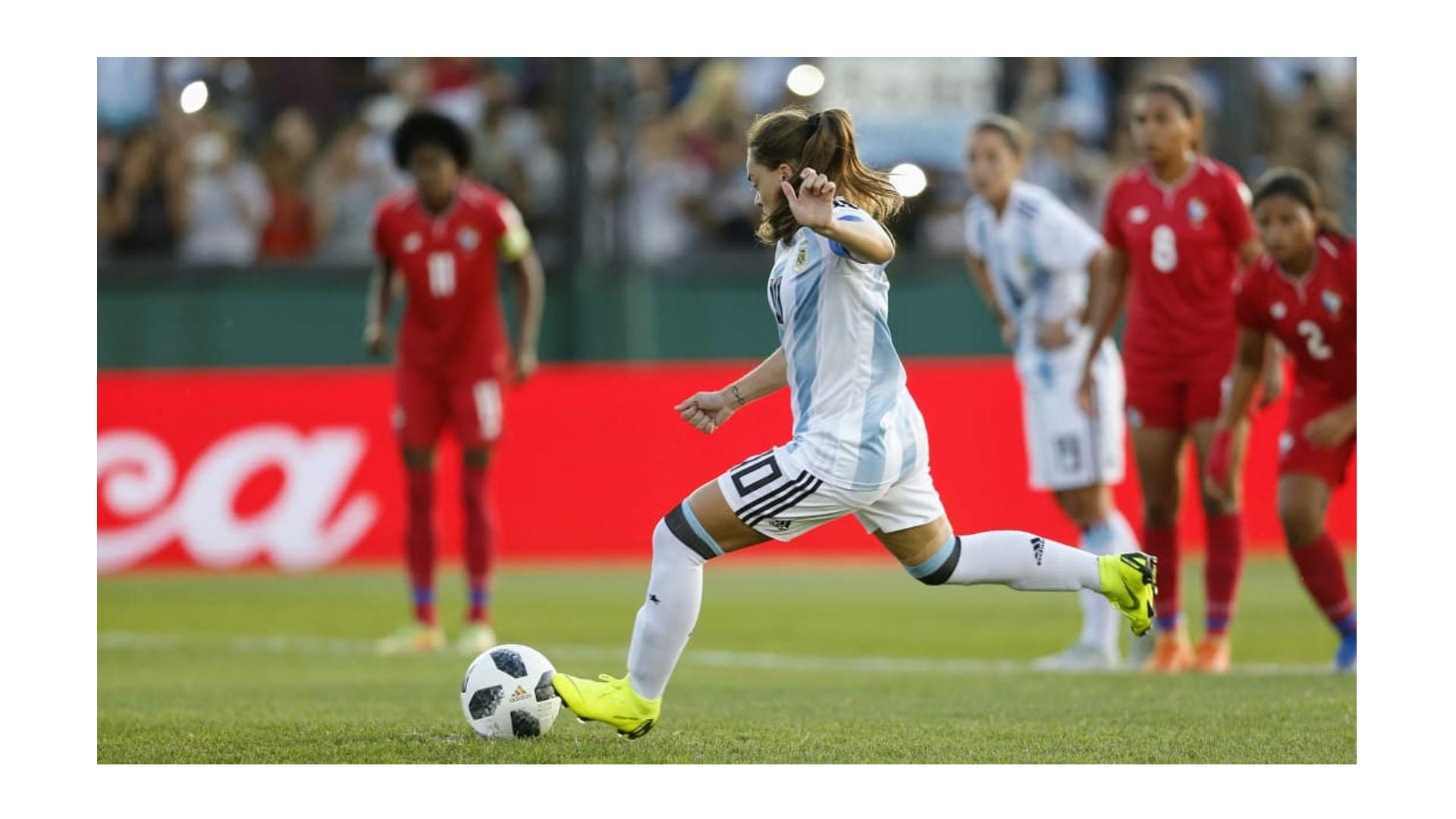 El equipo argentino quiere volver a disputar una Copa del Mundo luego de once años. El primer paso lo dio en cancha de Arsenal, donde ganó 4 a 0 con goles de Mariana Larroquette, Yamila Rodríguez y doblete de Eliana Stabile (Nicolás Aboaf)
