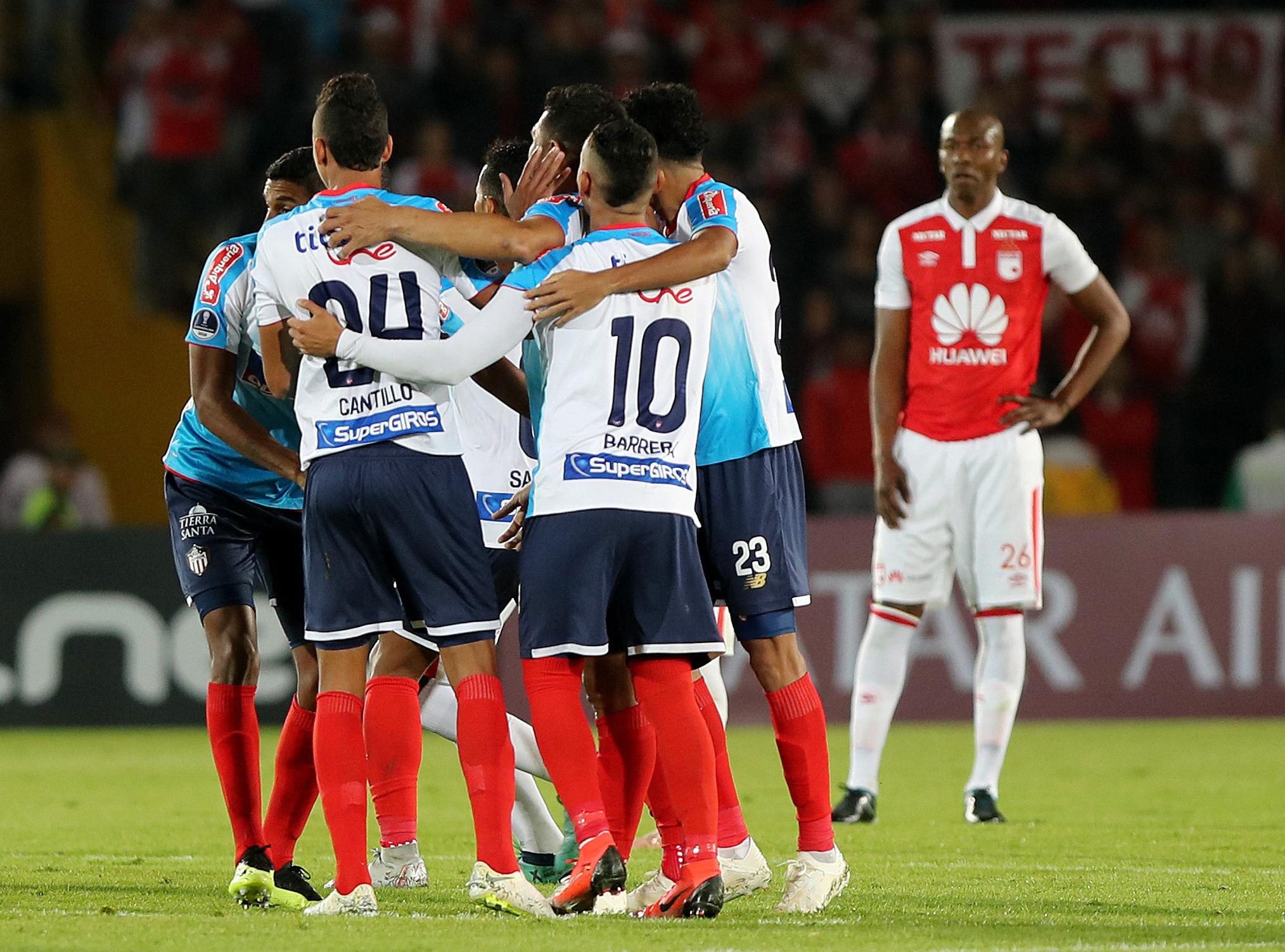 Teofilo Gutiérrez celebra con sus compañeros luego de anotar en un partido de las semifinales de la Copa Sudamericana entre Independiente Santa Fe y Atlético Junior, en el estadio El Campín. (EFE/Leonardo Muñoz)