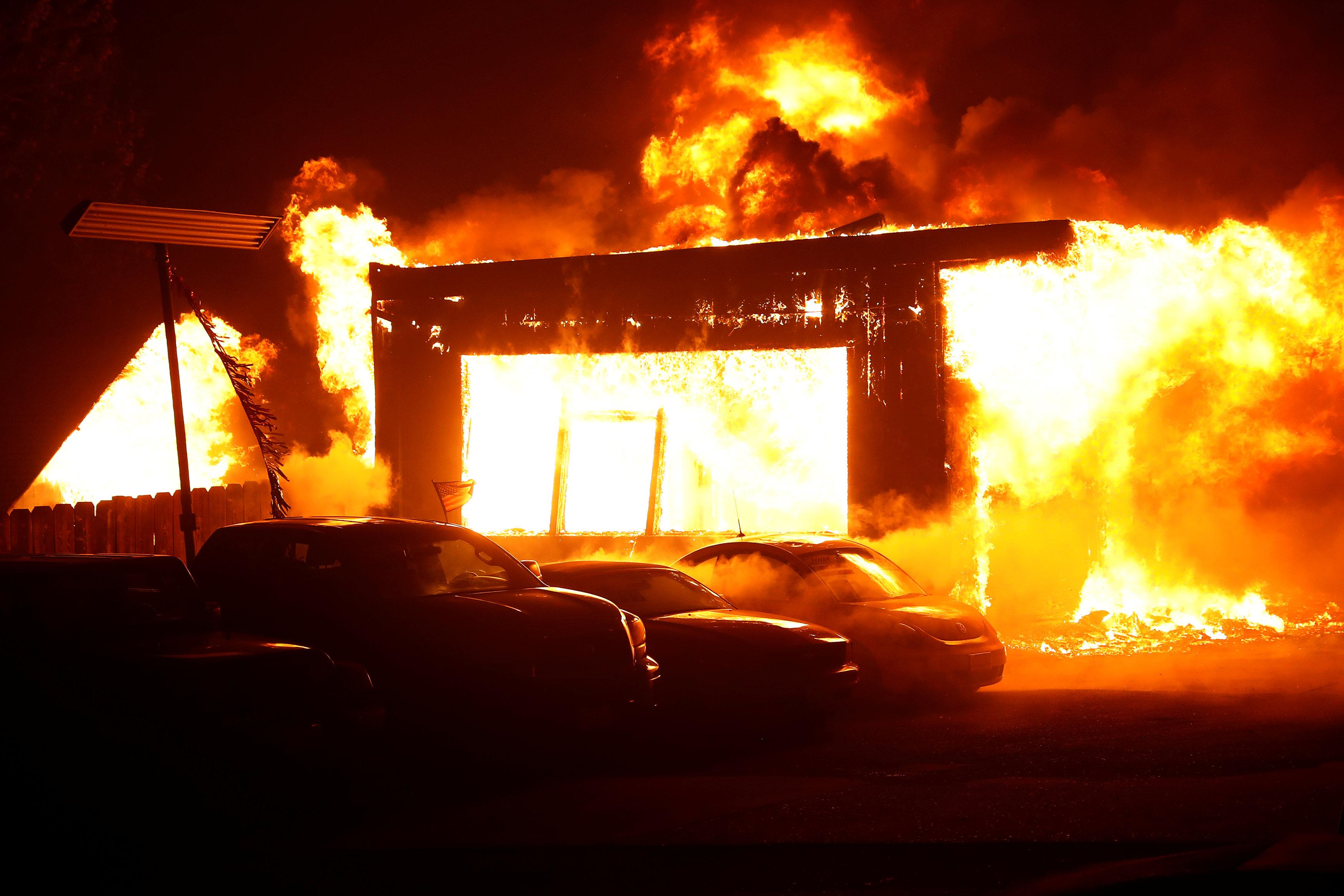 Las llamas consumen las instalaciones de un concesionario de autos usados en la localidad de Paradise (Foto: REUTERS/Stephen Lam)