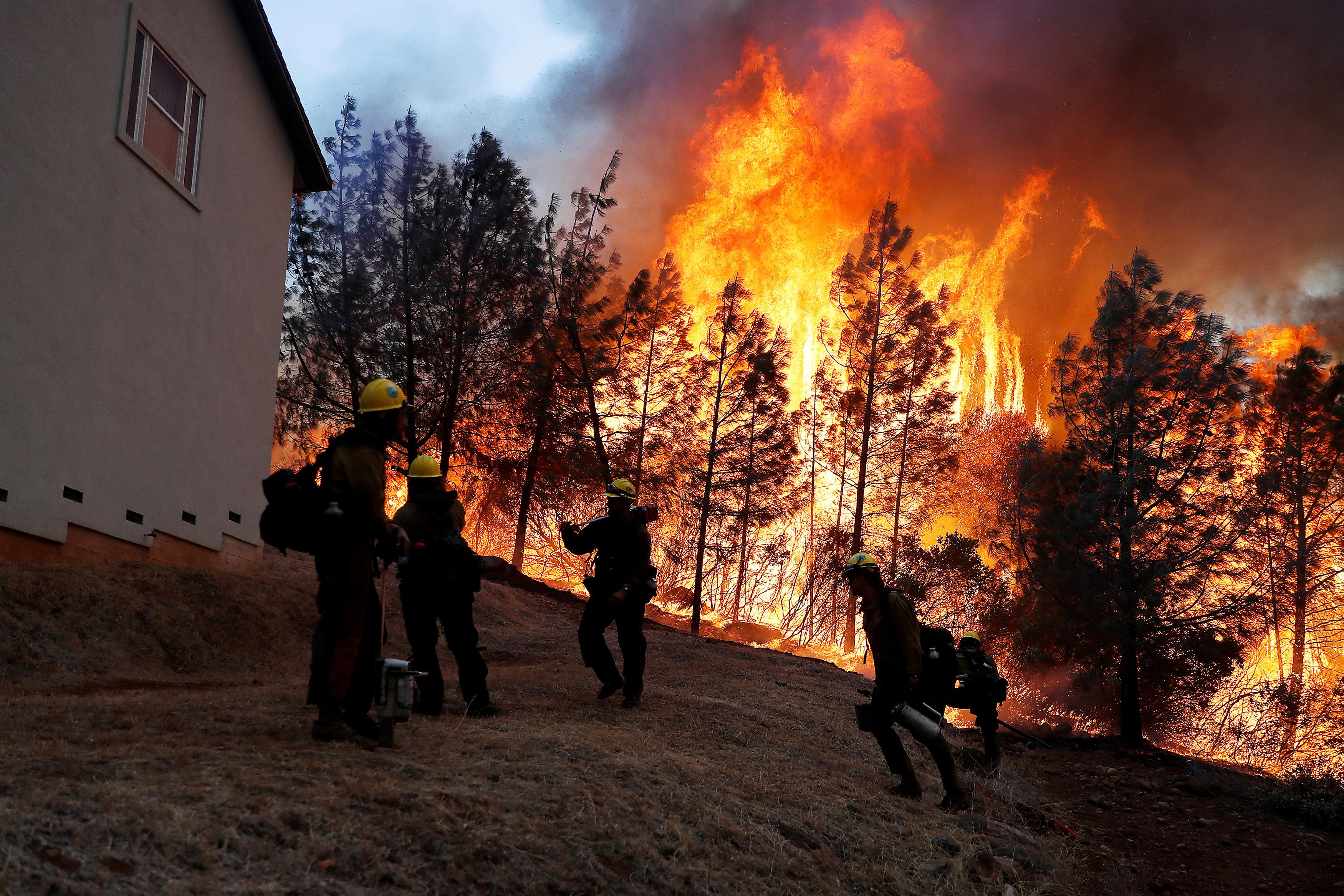 Bomberos luchan contra las llamas en Camp Fire en Paradise, California, (REUTERS/Stephen Lam)