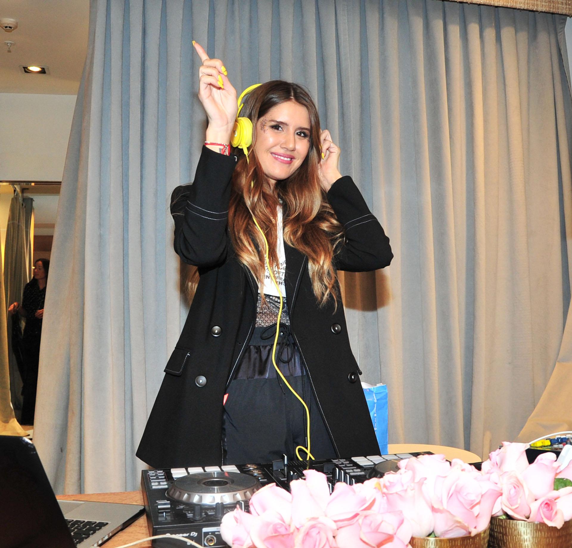 Micaela Tinelli presentó la nueva colección de su marca de ropa Ginebra en el shopping Alcorta. La diseñadora se divirtió pasando música en su local comercial
