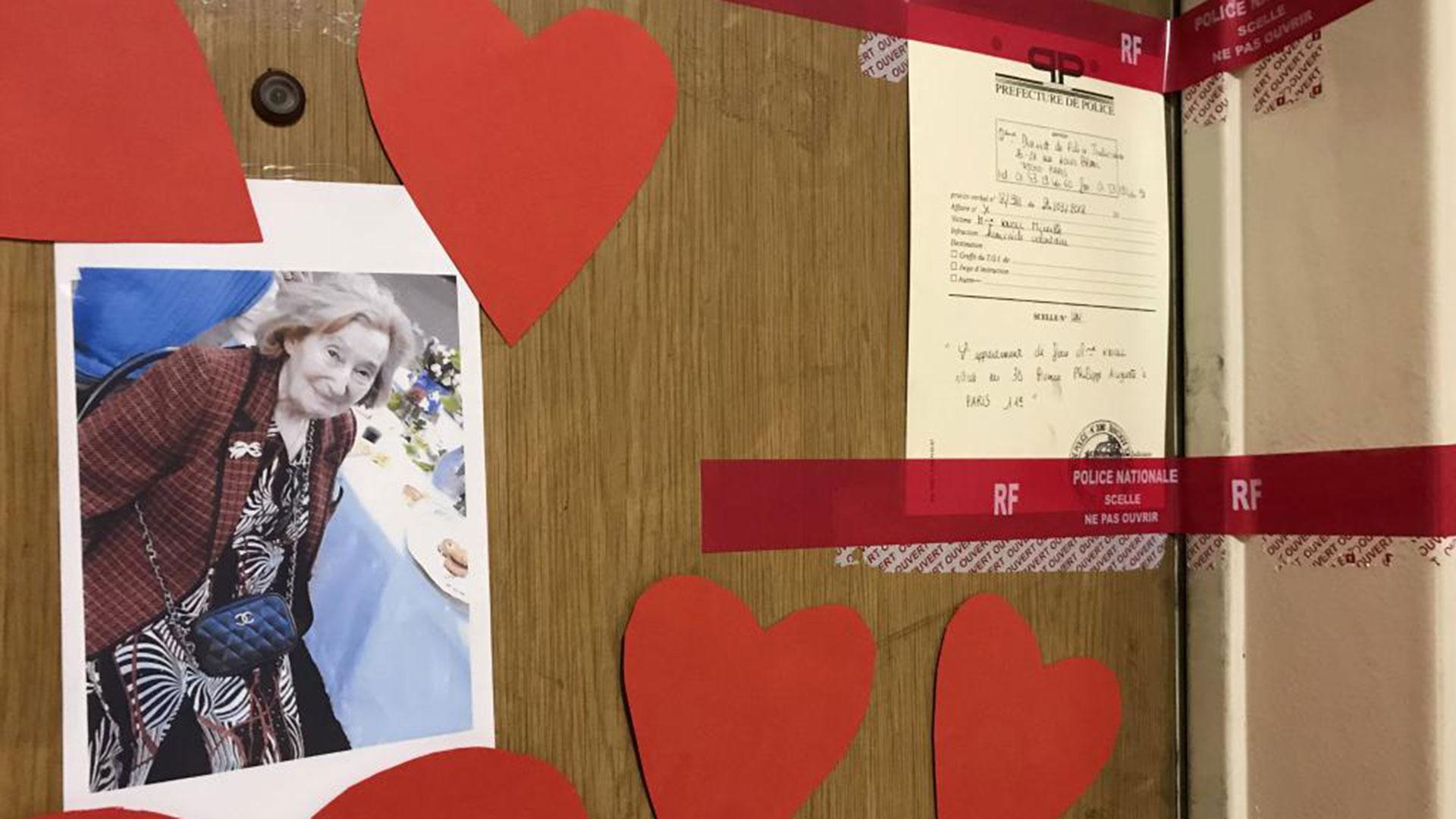 """Puerta del apartamento de Mireille Knoll, judía superviviente de la ocupación, asesinada en marzo de 2018 en París. Según el cómplice del asesino, fue apuñalada por Yacine, un joven que aseguraba que """"los judíos tienen una buena situación financiera"""". (Reuters)"""