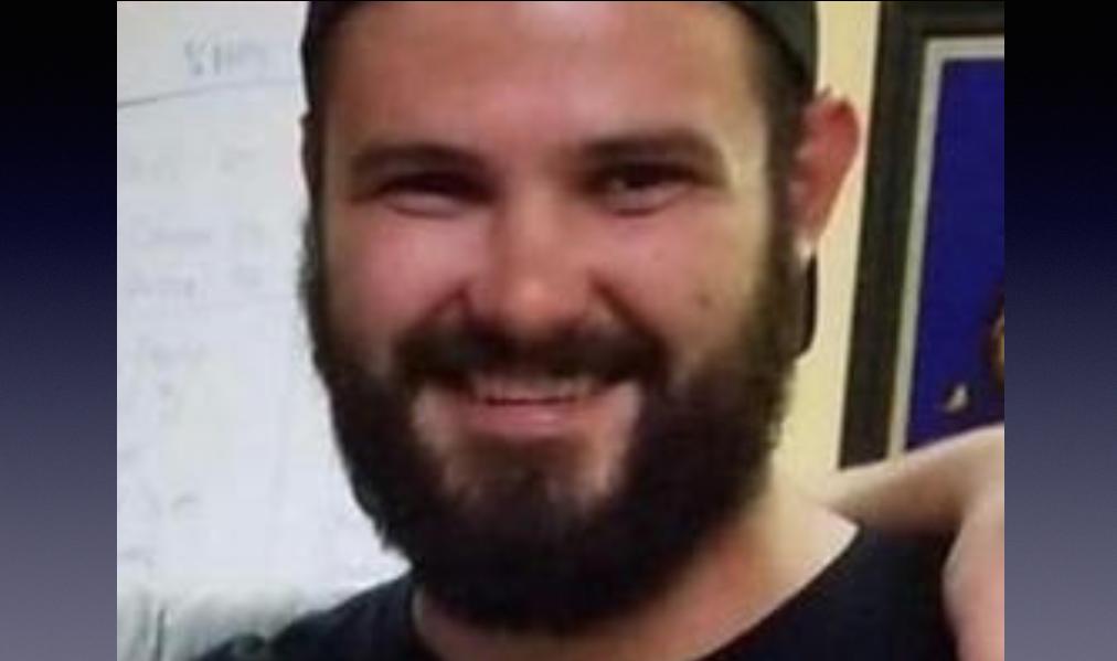 """Telemachus """"Tel"""" Orfanos, de 27 años, el hijo de Susan Schmidt-Orfanos que había salido con vida de la masacre de Las Vegas y murió a manos del asesino en el bar Borderline de Thousand Oaks"""