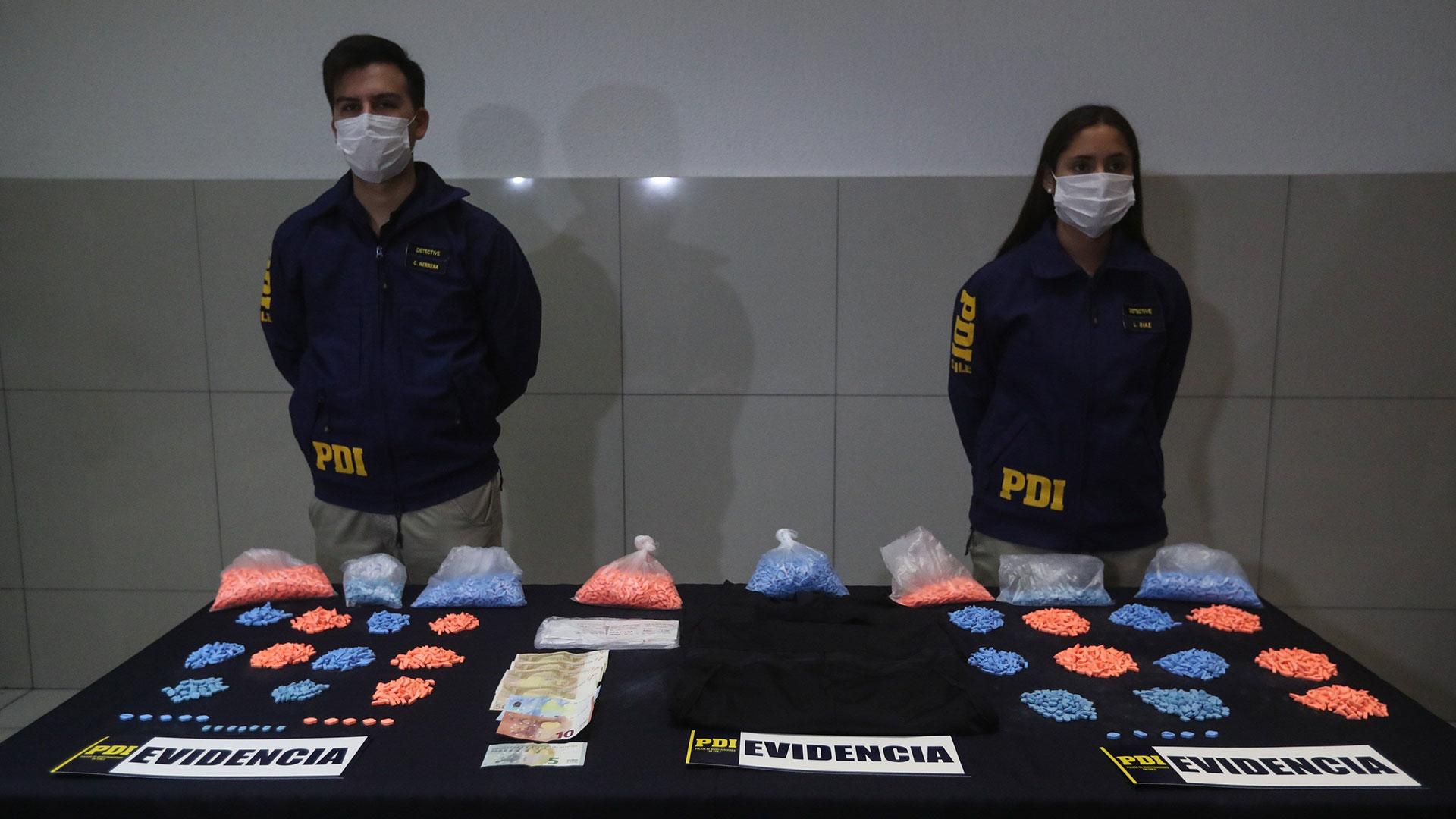 La Policía chilena detuvo en el aeropuerto internacional de Santiago a una mujer española tras sorprenderla con más de 9.000 pastillas de éxtasis (EFE)