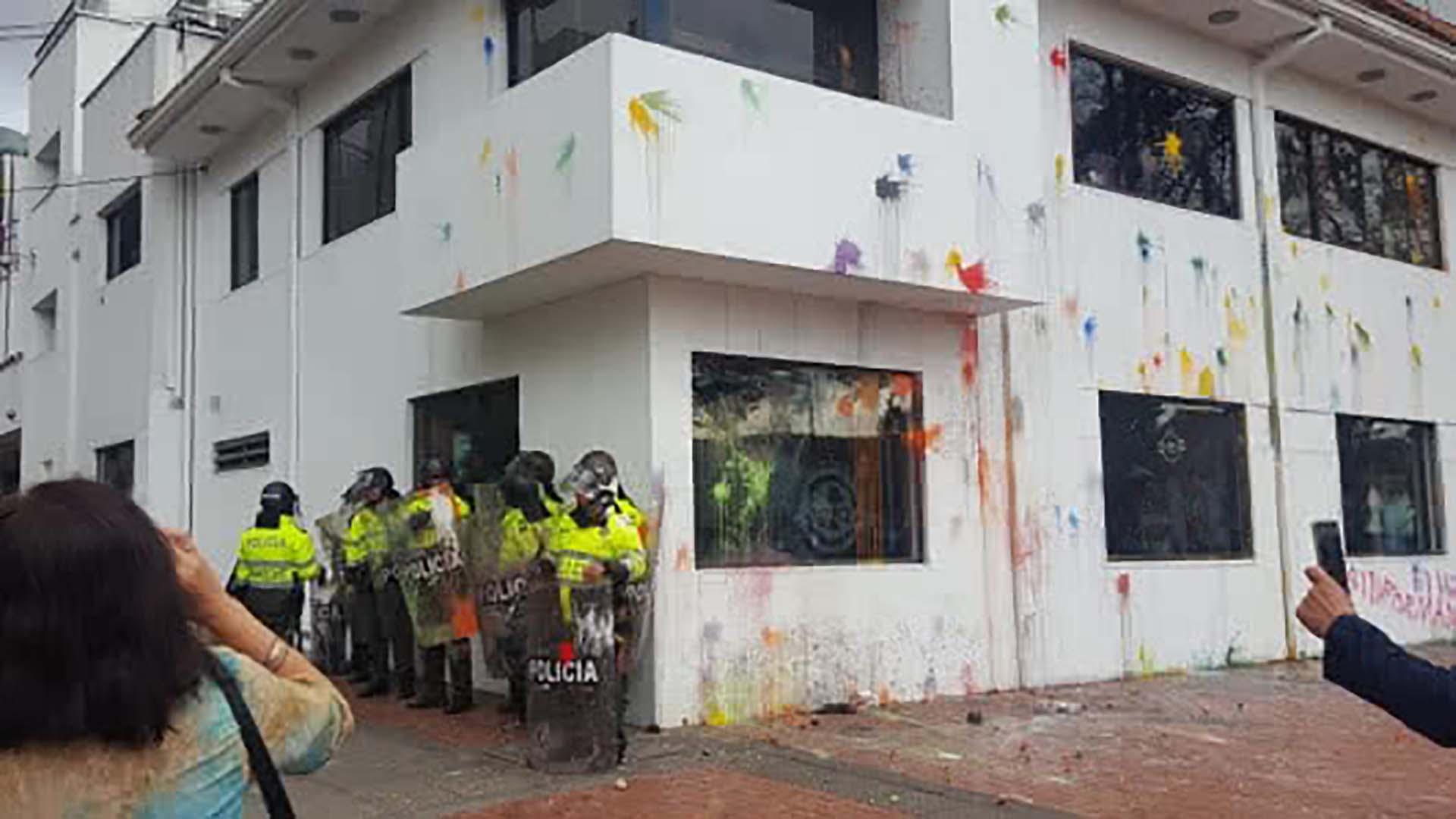 El frente de la emisora tras el ataque (Gentileza: Noticias RCN)