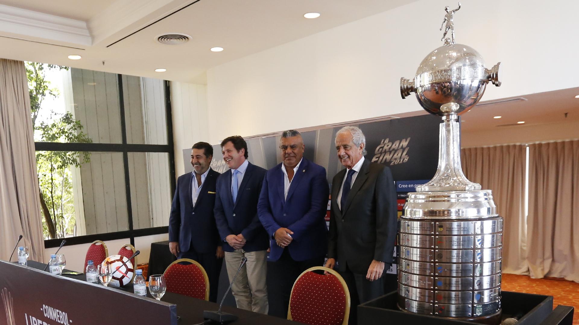 Los directivos que ayer estuvieron reunidos en Asunción en una imagen que se tomó antes de la primera final de la Copa (Nicolás Aboaf)