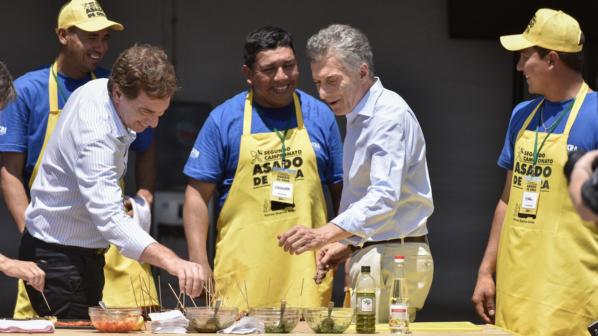 Diego Santilli y Mauricio Macri, en el campeonato de Asado de Obra (Fotos: Adrián Escándar)