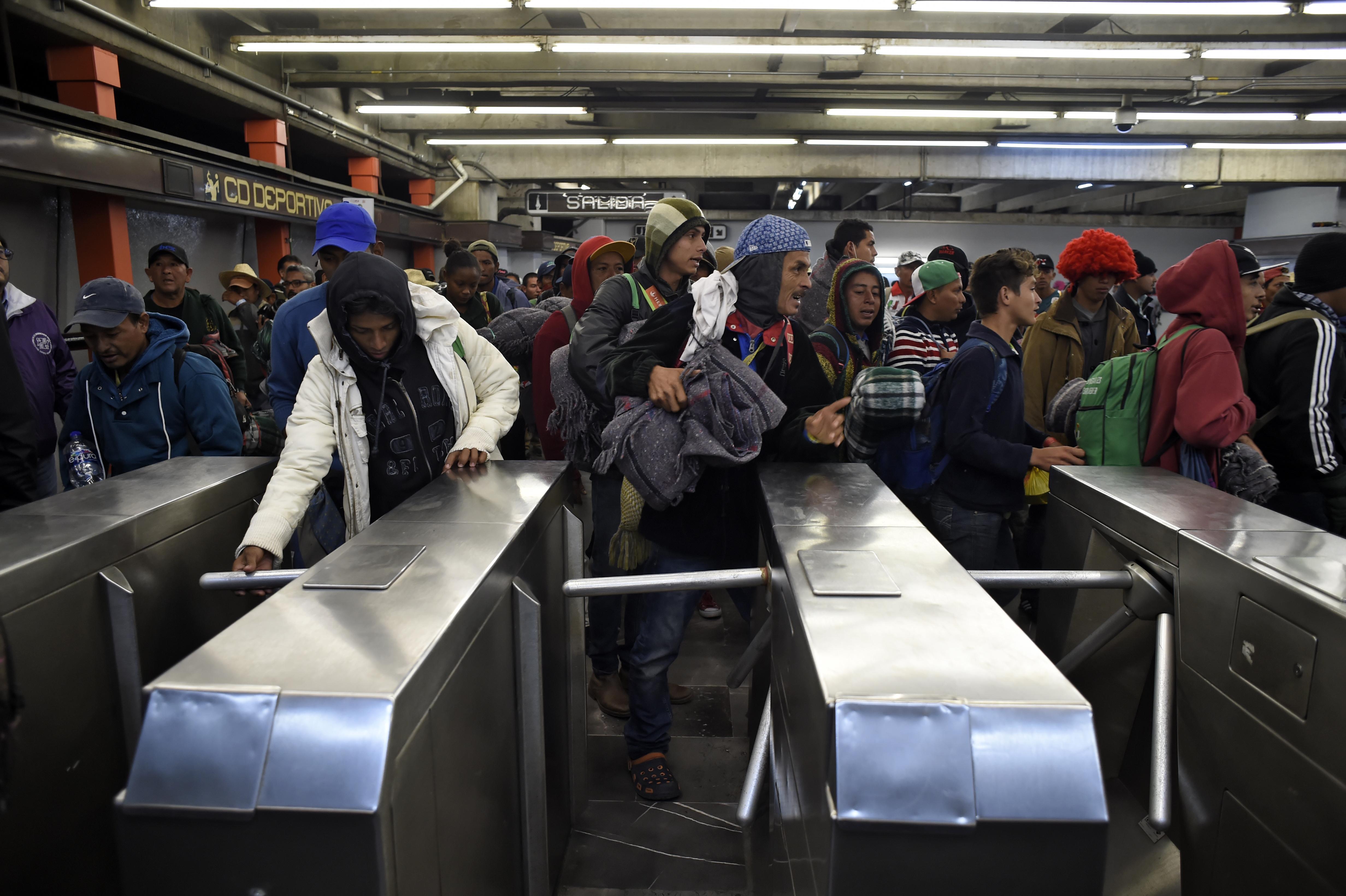 Un grupo de migrantes centroamericanos viajó en metro en la Ciudad de México desde muy temprano este viernes para tomar los camiones foráneos rumbo a Querétaro y seguir su viaje a EEUU. (Foto: Alfredo ESTRELLA / AFP)