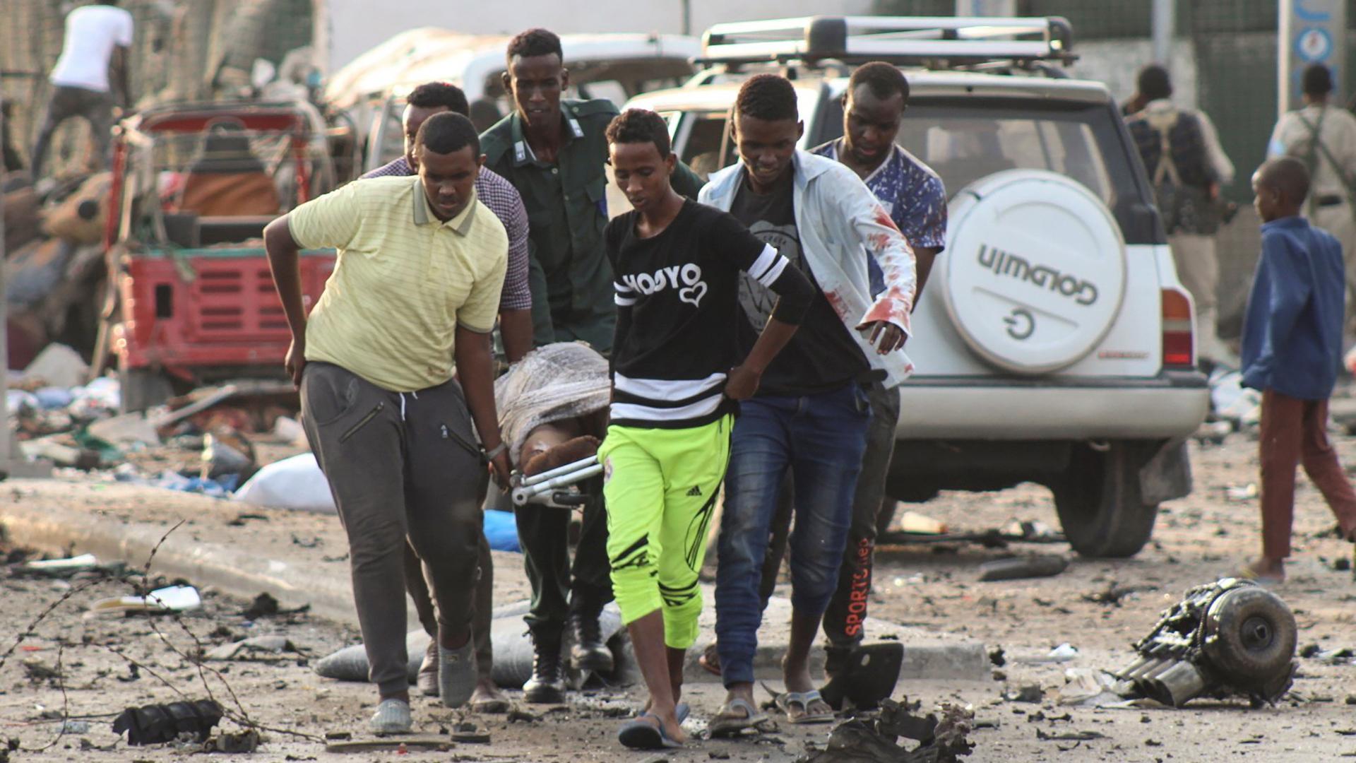 Al menos 20 personas murieron en un atentado con coches bomba en la capital de Somalia (EFE)