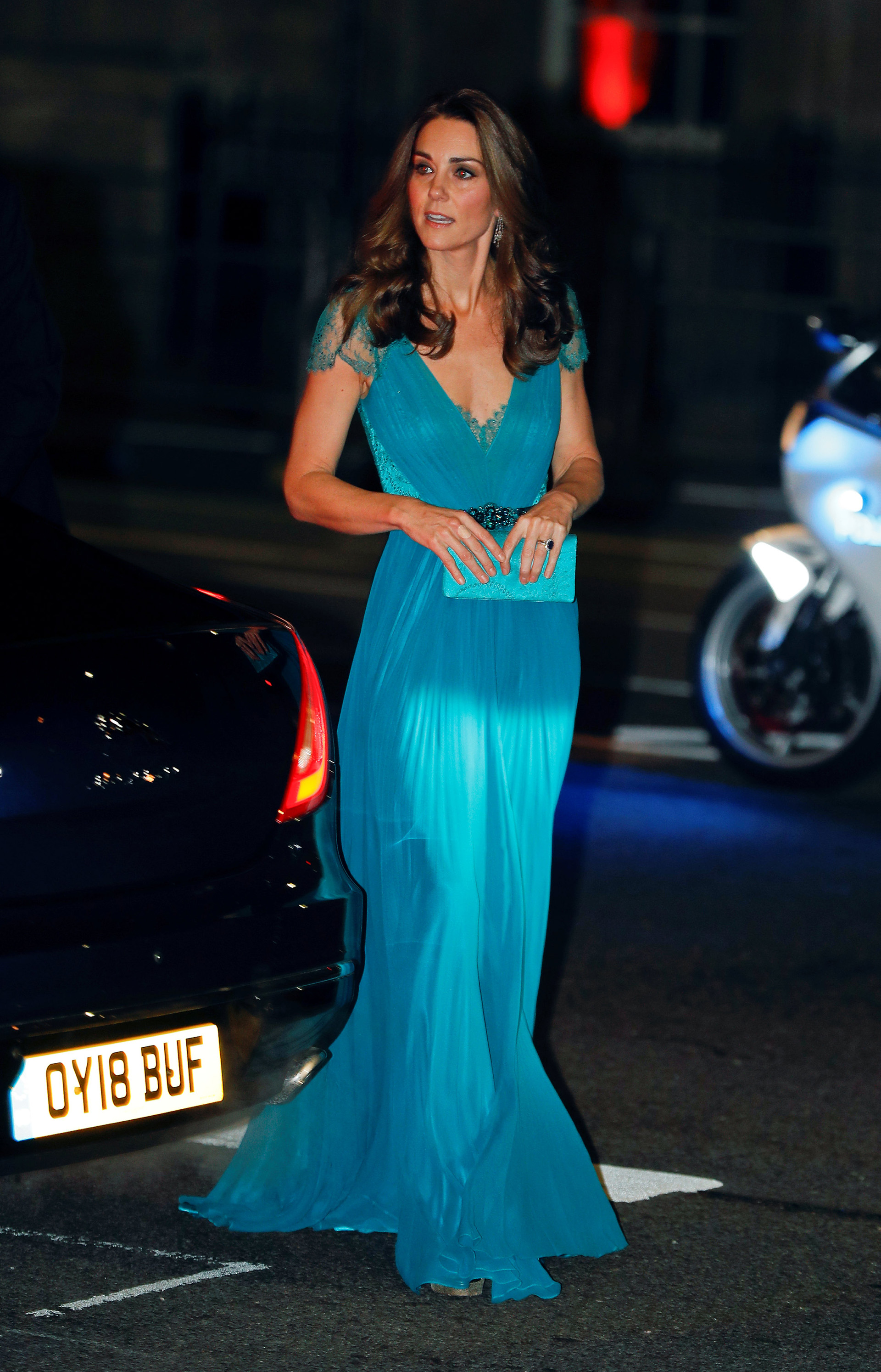 Elegante y distinguida, combinó el clutch y el cinturón con el color de su vestido