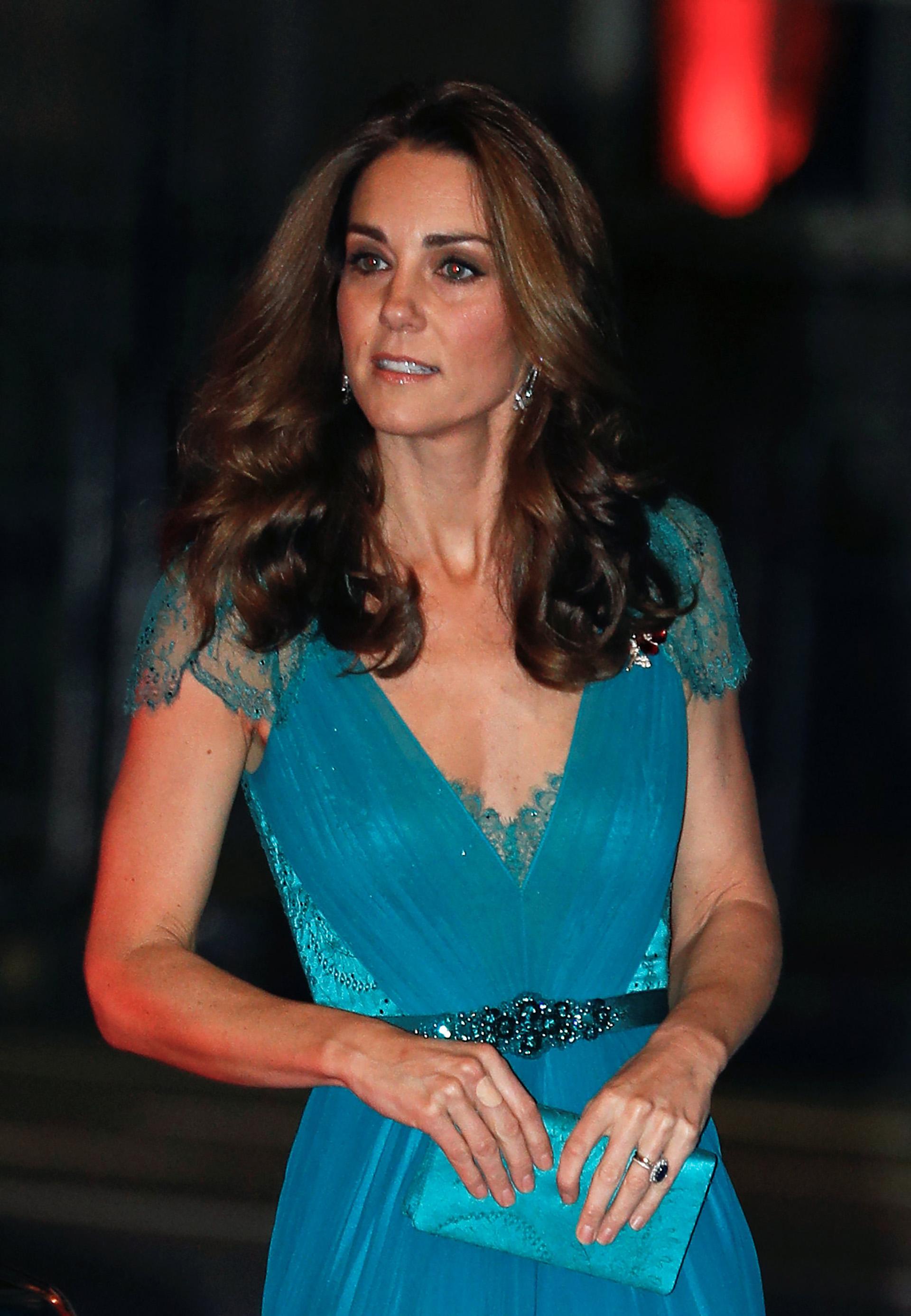 La duquesa eligió uno de los colores que mejor le sientan, siempre en la gama de los azules y los celestes, en un diseño que incluyó un gran escote y transparencias
