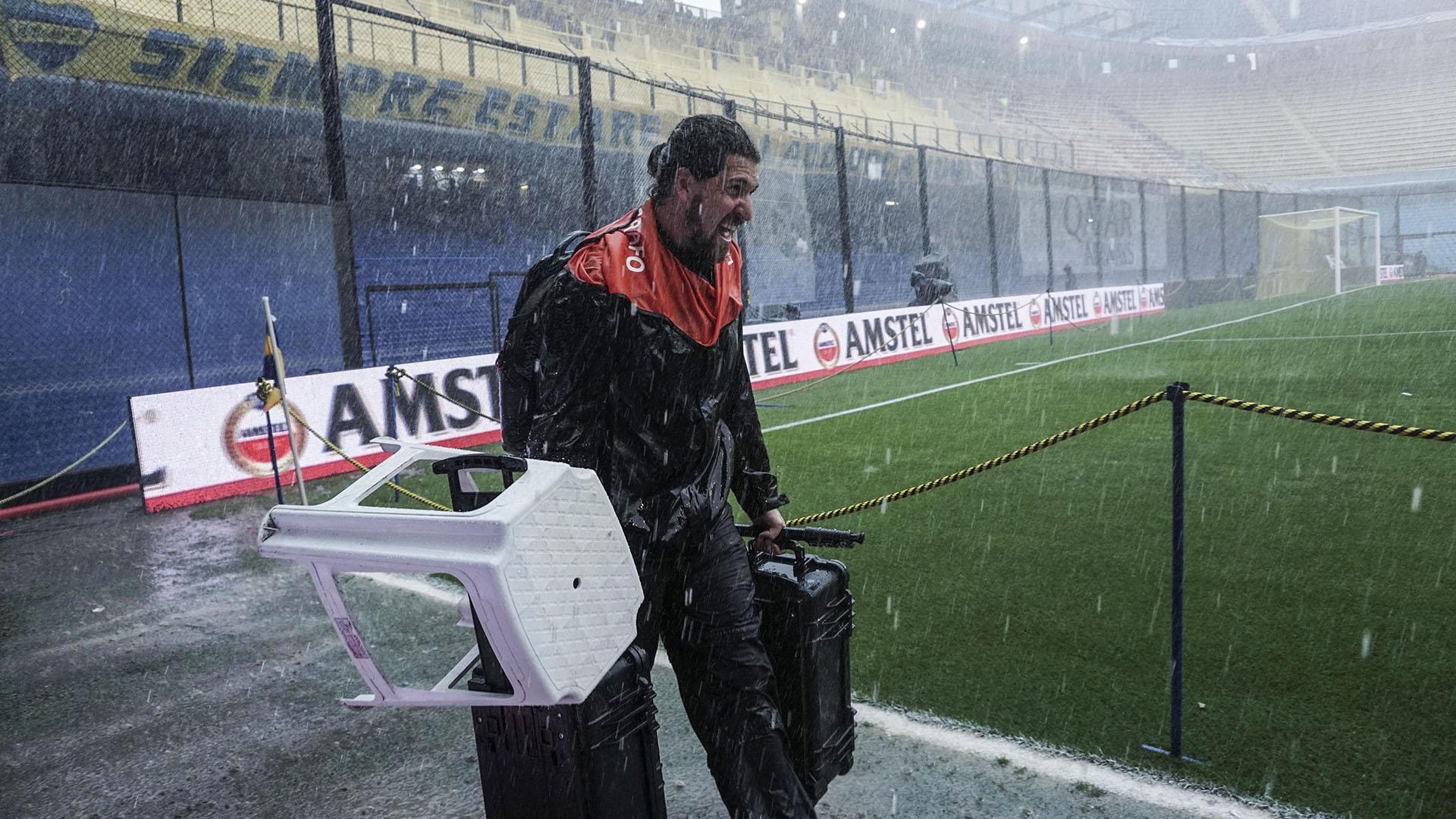 Un fotógrafo corrido por las lluvias torrenciales
