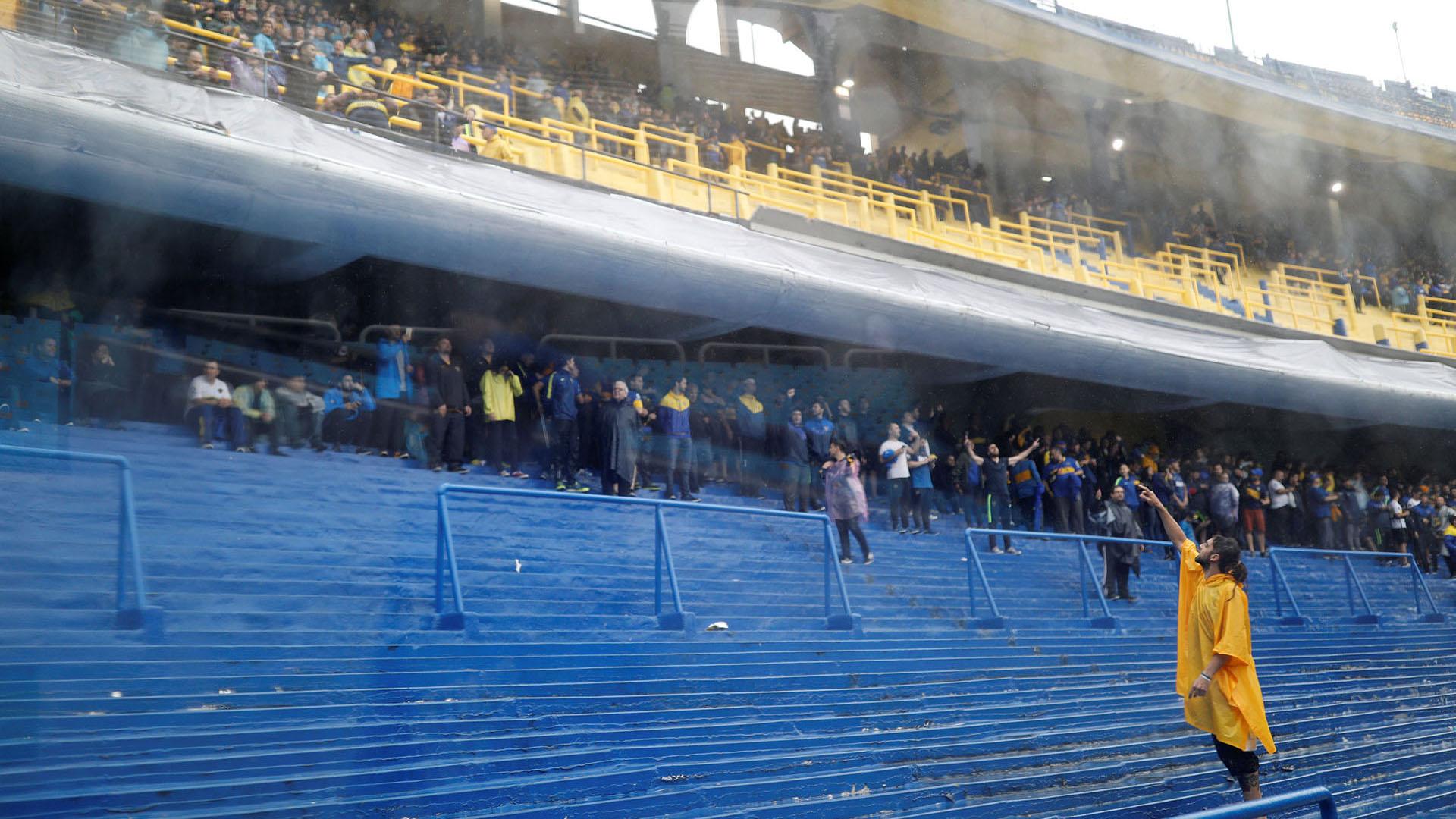 Pese a las incesantes lluvias, miles de hinchas estuvieron presentes en la Bombonera