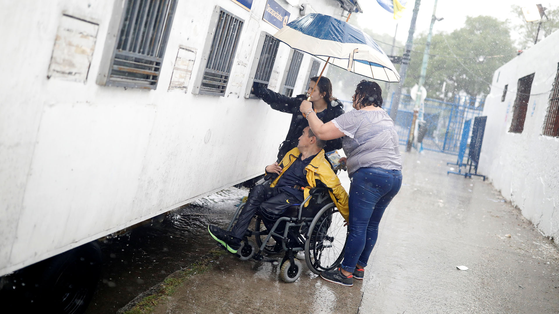 Los hinchas de Boca sortearon todas las inclemencias climáticas y llegaron a la Bombonera para el gran partido de la historia