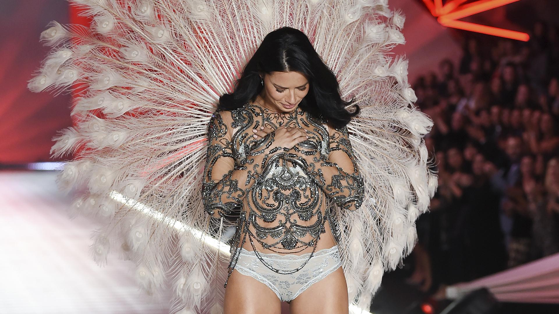 En una de la últimas pasadas, la modelo brasileña no pudo contener las lágrimas y con la ovación de todo el público presente fue aplaudida por todos los años que participó de este gran show de lencería