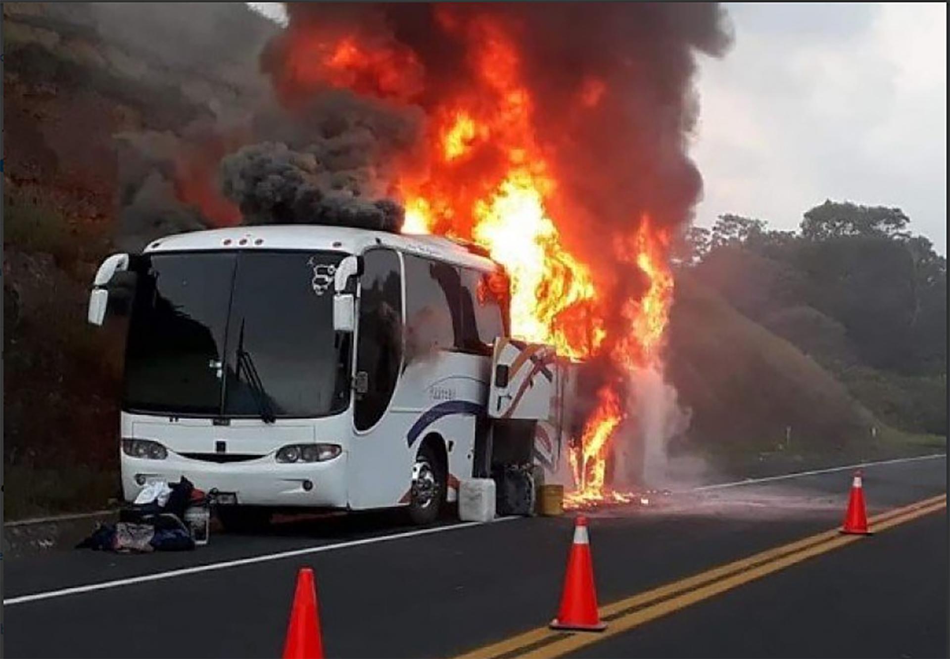 El vehículo había perdido un neumático momentos antes del incendio (Foto: Twitter> @JOSUEPELAYOMTZ)