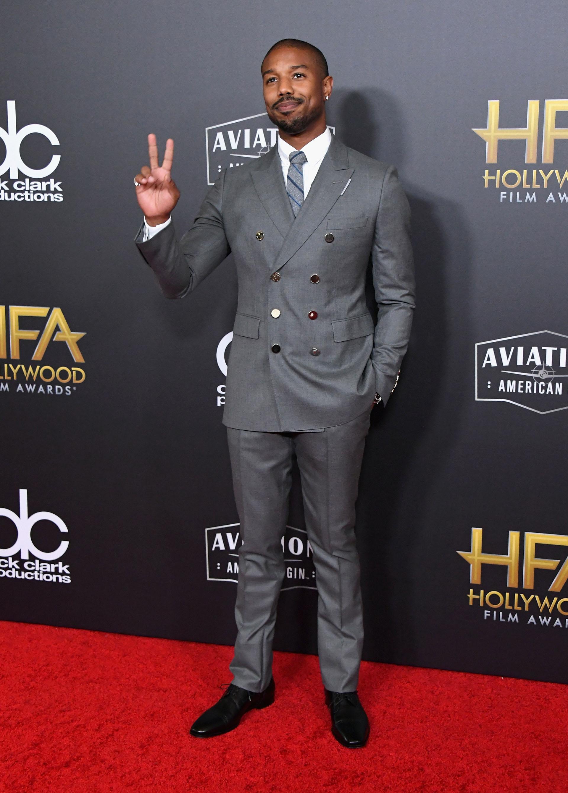 Michael B. Jordan con un traje gris cruzado